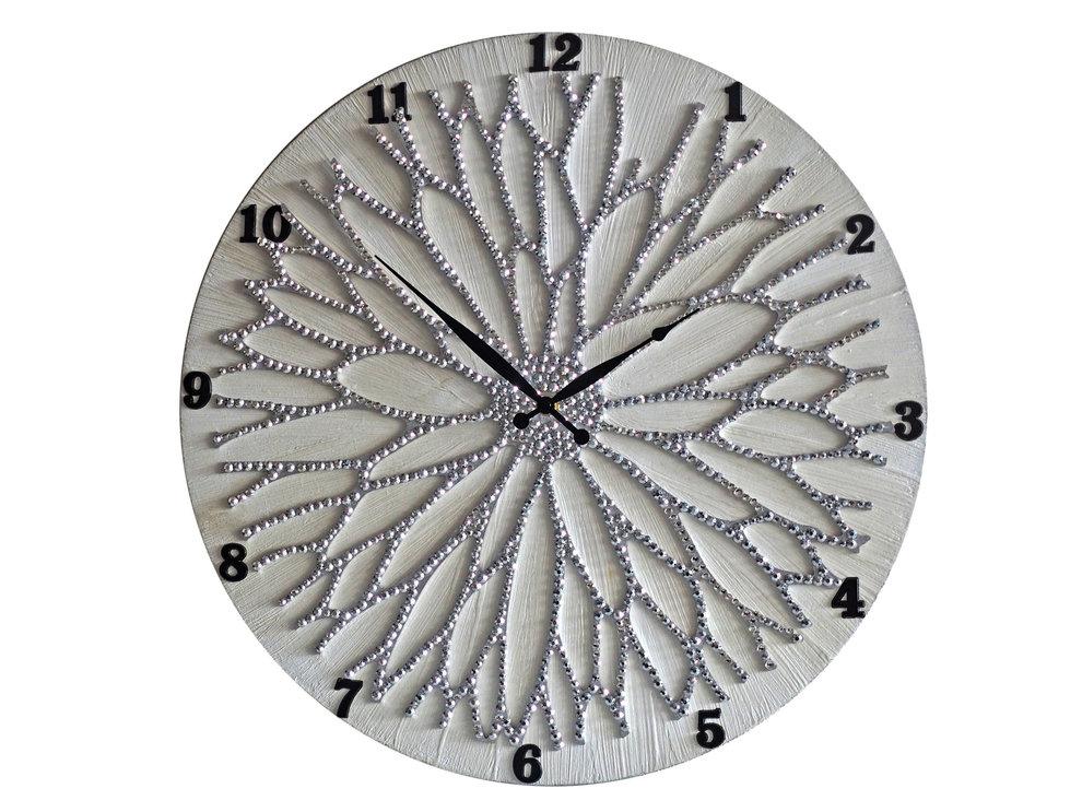 Настенные часы ЦветокЧасы<br>Настенные часы коллекции «Цветок» - подлинное произведение искусства. Они преобразят абсолютно любой интерьер, создадут гармонию, наделят помещение изысканностью, и заставят на стене расцвести роскошный райский цветок. Создается ощущение, что при создании не обошлось без пыльцы фей: настолько волшебно переливается покрытие из страз.Настенные часы коллекции «Цветок» способны стать идеальным подарком. Их выбирают на все торжественные случаи жизни, а также – когда нужно преподнести что-то роскошное и выполненное с изысканным вкусом. <br>&amp;lt;div&amp;gt;&amp;lt;br&amp;gt;&amp;lt;/div&amp;gt;&amp;lt;div&amp;gt;Материал: Дерево, акриловая краска, стразы серебряного цвета, серебряная поталь, патина, кварцевый часовой механизм механизм&amp;lt;br&amp;gt;&amp;lt;/div&amp;gt;<br><br>Material: Дерево<br>Diameter см: 50