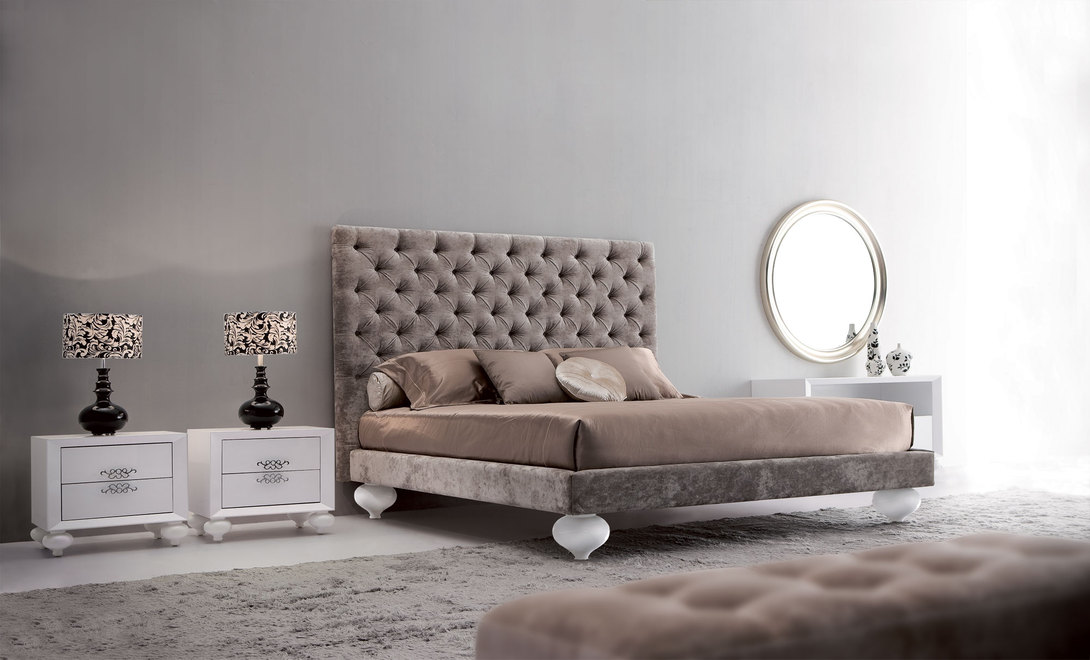 Кровать PalermoКровати с мягким изголовьем<br>Двуспальная кровать создана по эскизам итальянских дизайнеров элитной мебели. Яркая деталь – высокое изголовье во всю ширину кровати, обитое велюром и декорированное стежкой &amp;quot;капитоне&amp;quot;.<br>Представлена в трех вариантах отделки: бежевый, розовый и серебристый велюр.<br>Ширина спального места: 180х200.<br><br>Material: Дерево<br>Ширина см: 201<br>Высота см: 150<br>Глубина см: 220