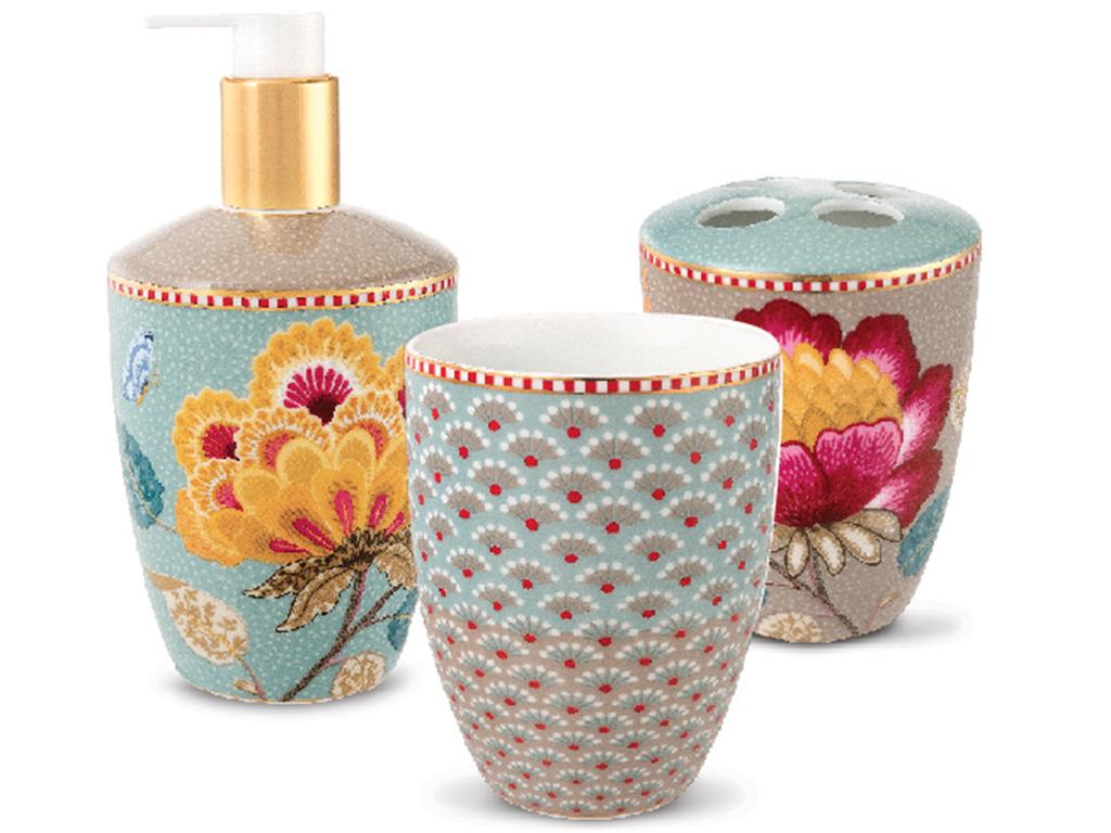 Набор из трех аксессуаров для ванной Floral BlueАксессуары для ванной<br>Набор из 3-х аксессуаров для ванной Floral Blue. Дозатор: длина 9 , ширина 9 , высота 17 ; стакан: длина 8 , ширина 8 , высота 9,5 ; стакан для зубных щёток: длина 8 , ширина 8 , высота 9,5 . Коллекция Floral появилась в 2008 г. и состоит из нескольких дизайнов, которые прекрасно сочетаются между собой и отлично дополняют друг друга. Особенность коллекции - в декорировании цветами, птицами и позолотой на всех предметах. Коллекция состоит из трёх цветовых групп - розовой, хаки и голубой, которые можно бесконечно комбинировать между собой. Коллекция также включает в себя посуду, кухонный текстиль и стекло.<br><br>Material: Фарфор<br>Width см: ширина дозатора: 9, ширина стаканов: 8<br>Depth см: длина дозатора: 9, длина стаканов: 8<br>Height см: высота дозатора: 17; высота стаканов: 9,5