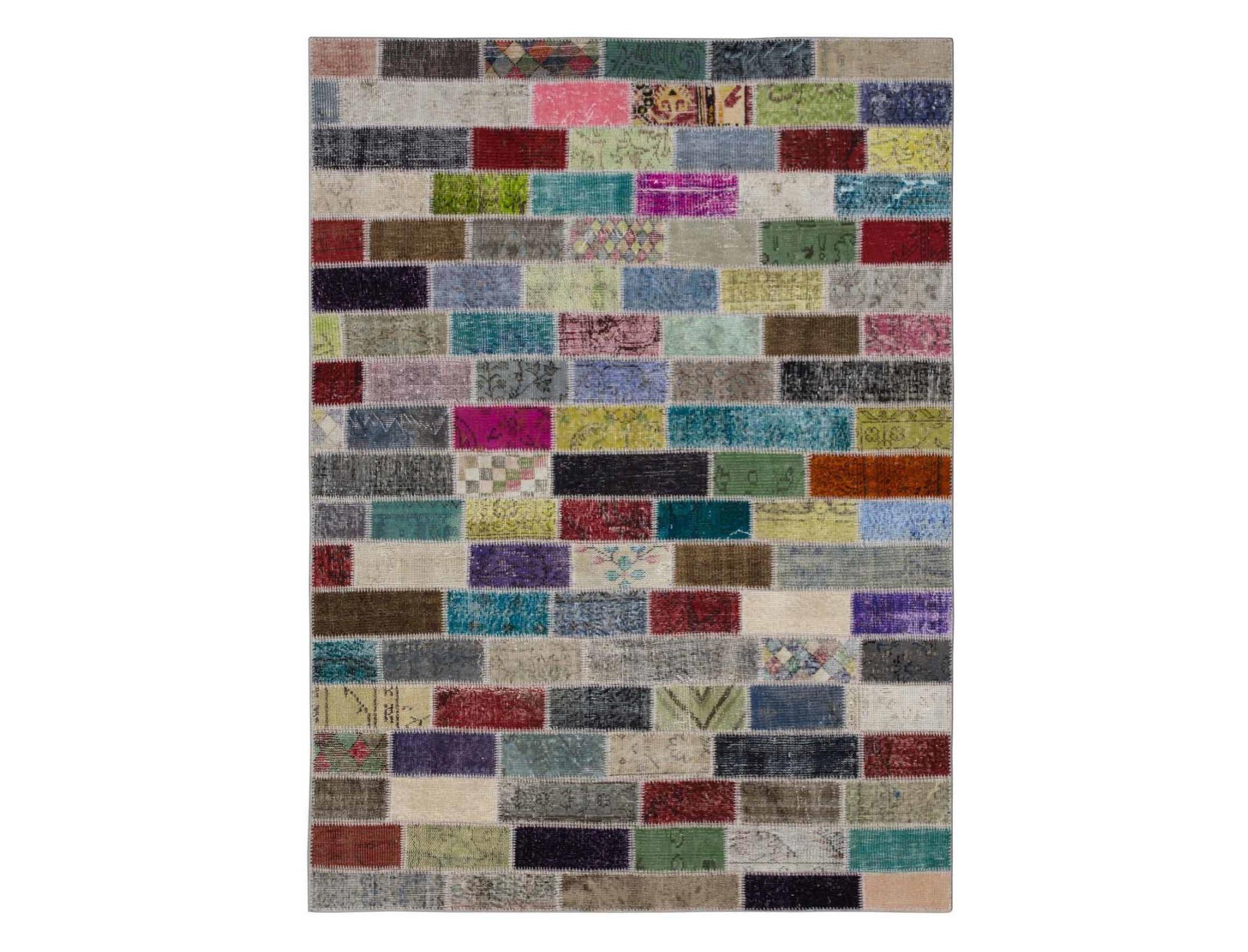 Ковер PatchworkПрямоугольные ковры<br>Винтажный ковер ручной работы в стиле &amp;quot;пэчворк&amp;quot; <br>из 100% шерсти. Ковер прекрасно подходит в <br>любые современные и классические интерьеры, <br>а благодаря толщине ковра всего 5 мм и отсутствию <br>ворса, его легко чистить любыми видами пылесосов. <br>Этот настоящий ковер ручной работы не потеряет <br>своих красок и будет служить десятилетия.<br><br>Material: Шерсть<br>Ширина см: 171<br>Глубина см: 233
