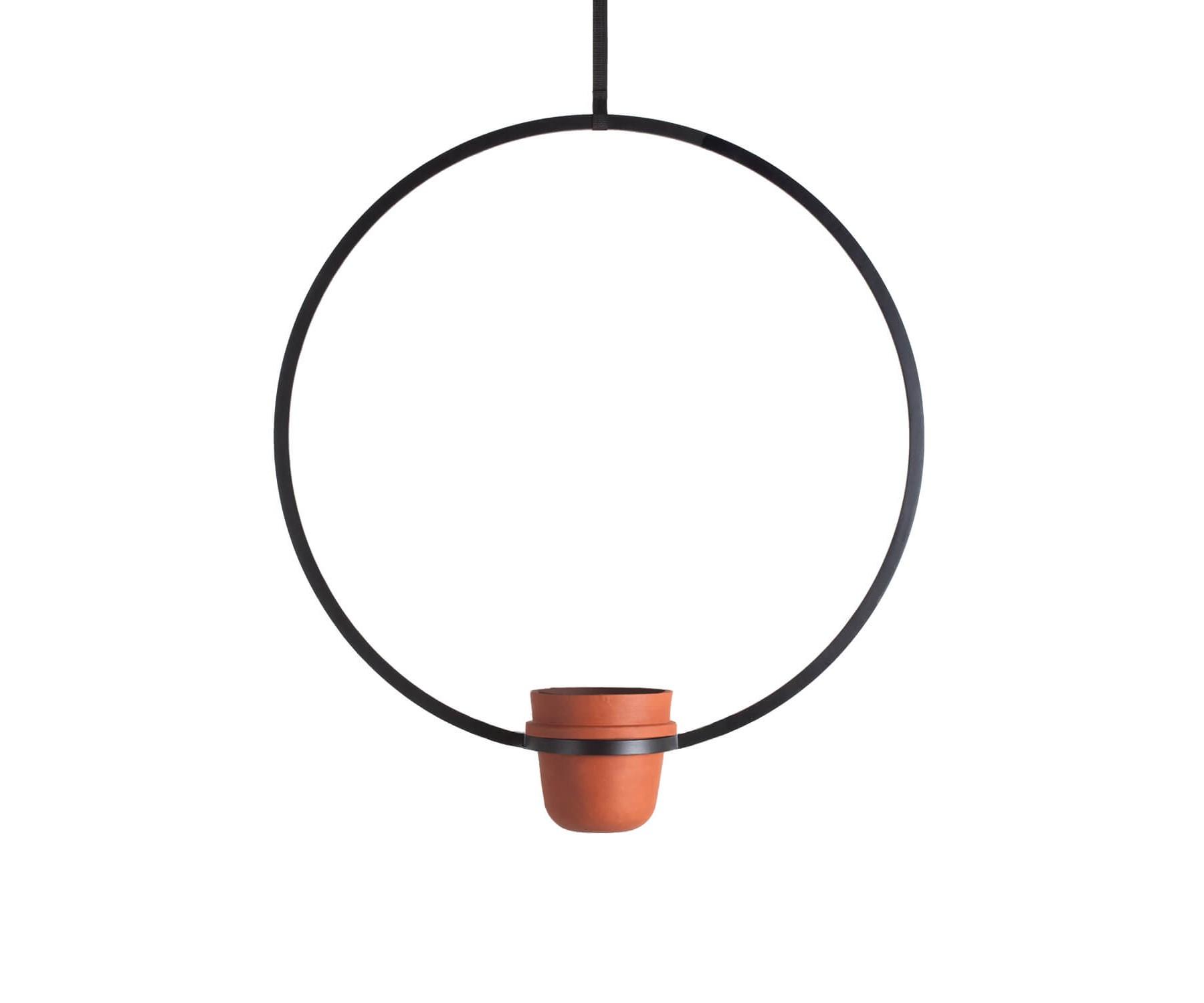 Подвесное кашпо Kuiper BeltКашпо и подставки для дачи и сада<br>Серия подвесных кашпо с оригинальными графичными формами поможет не только разместить в доме растения, но и добавить в интерьер яркий акцент. 6 различных форм можно комбинировать в свободном порядке для создания индивидуальных композиций или использовать одну модель как центральный объект, вокруг которого разворачивается интерьер. Подвесная конструкция экономит полезное место на поверхностях. Керамические горшки являются съемными, что обеспечивает удобство в уходе за цветами.<br><br>Material: Металл<br>Ширина см: 84<br>Высота см: 95<br>Глубина см: 20