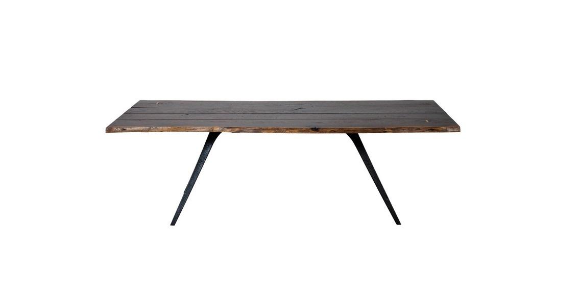 Стол Autumn TableОбеденные столы<br>Дизайнеры Gramercy стремятся из простых материалов создавать эпатажные предметы мебели. Например, этот обеденный стол создает впечатление, будто его сделали из цельного куска дерева. При детальном рассмотрении можно увидеть оригинальную обработку столешницы - несколько досок аккуратно сложили в полотно, неравномерно тонировали, и скрепили ножками-тисками. Край стола оставили необработанным, подчеркнув естественную грубость дерева.<br><br>Material: Дуб<br>Ширина см: 180<br>Высота см: 76<br>Глубина см: 90