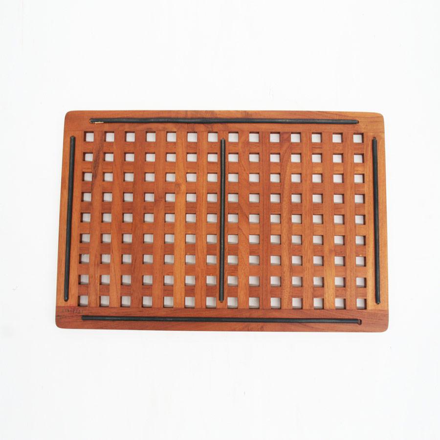 Коврик CapriПрямоугольные ковры<br>Коврик для ванной из массива тика прекрасно впишется в вашу ванную комнату. Представьте, как это приятно, выйдя из душа, ощутить ступнями теплоту и мягкую фактуру экологически чистого дерева. За сохранность и долгий срок службы коврика даже не беспокойтесь.<br><br>Material: Тик<br>Ширина см: 60<br>Высота см: 3<br>Глубина см: 40