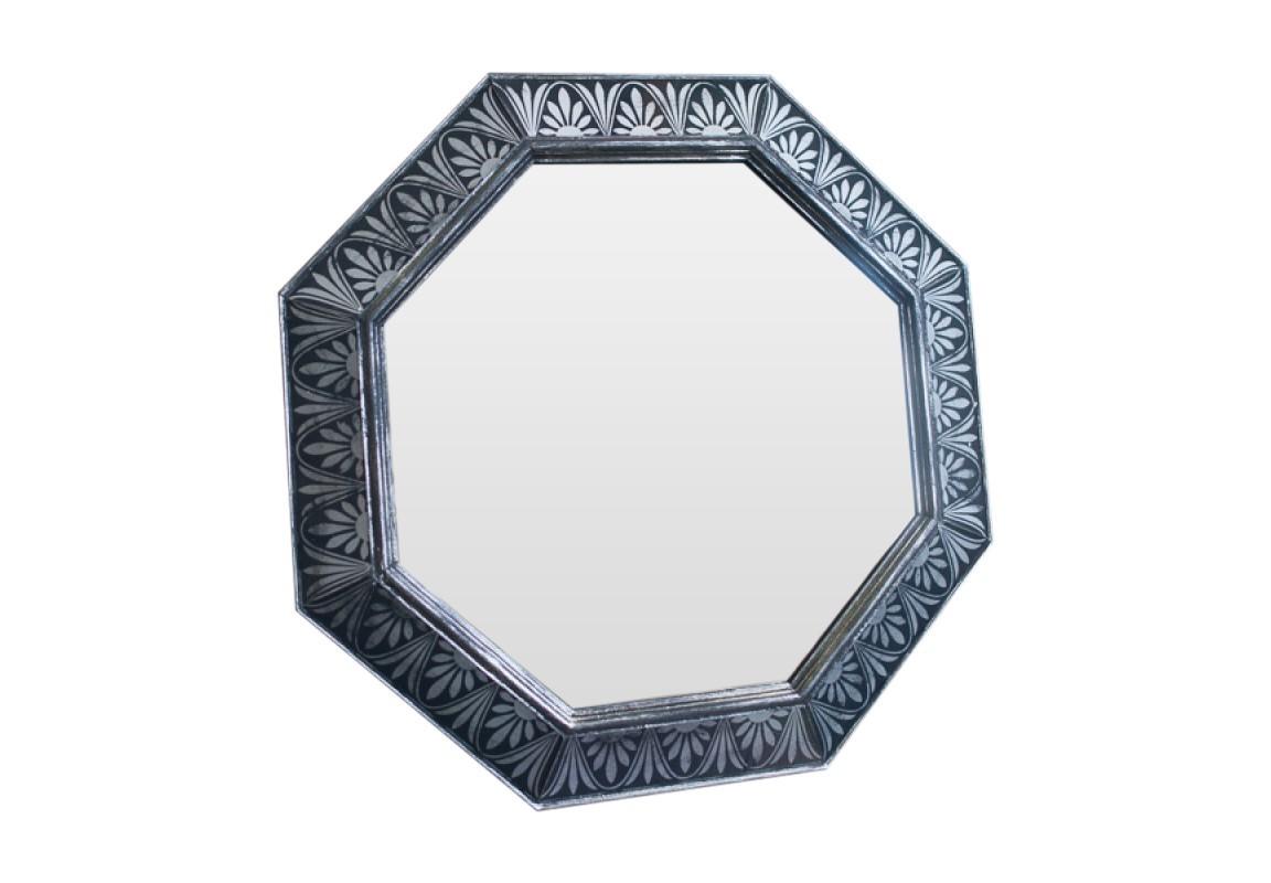 Зеркало SunflowerНастенные зеркала<br>Эксклюзивное зеркало ручной работы выполнено в форме роскошного бриллианта. Над его созданием кропотливо трудились руки самых искусных мастеров. Благодаря гармоничному сочетанию классического и поталевого зеркал, обыкновенный предмет интерьера превратился в настоящее произведение искусства. Оно идеально дополнит пространство прихожей, а также станет центральным элементом в оформлении гостиной или спальни хозяев дома. Когда художник находится в процессе творчества, его могут вдохновить совершенно неожиданные вещи. Например, старинные книги по архитектуре, на страницах которых создатель зеркала нашел удивительный флористический орнамент.<br><br>Material: Дерево<br>Ширина см: 60<br>Высота см: 60<br>Глубина см: 4