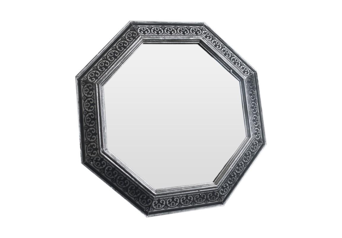Зеркало PubliusНастенные зеркала<br>Эксклюзивное зеркало ручной работы выполнено в форме роскошного бриллианта. Над его созданием кропотливо трудились руки наших искусных мастеров, которые старательно отбирали лучшие орнаменты для рам в старинных книгах по архитектуре. Зеркало идеально дополнит пространство прихожей, а также станет центральным элементом в оформлении гостиной или спальни хозяев дома.<br><br>Material: Дерево<br>Ширина см: 60<br>Высота см: 60<br>Глубина см: 4