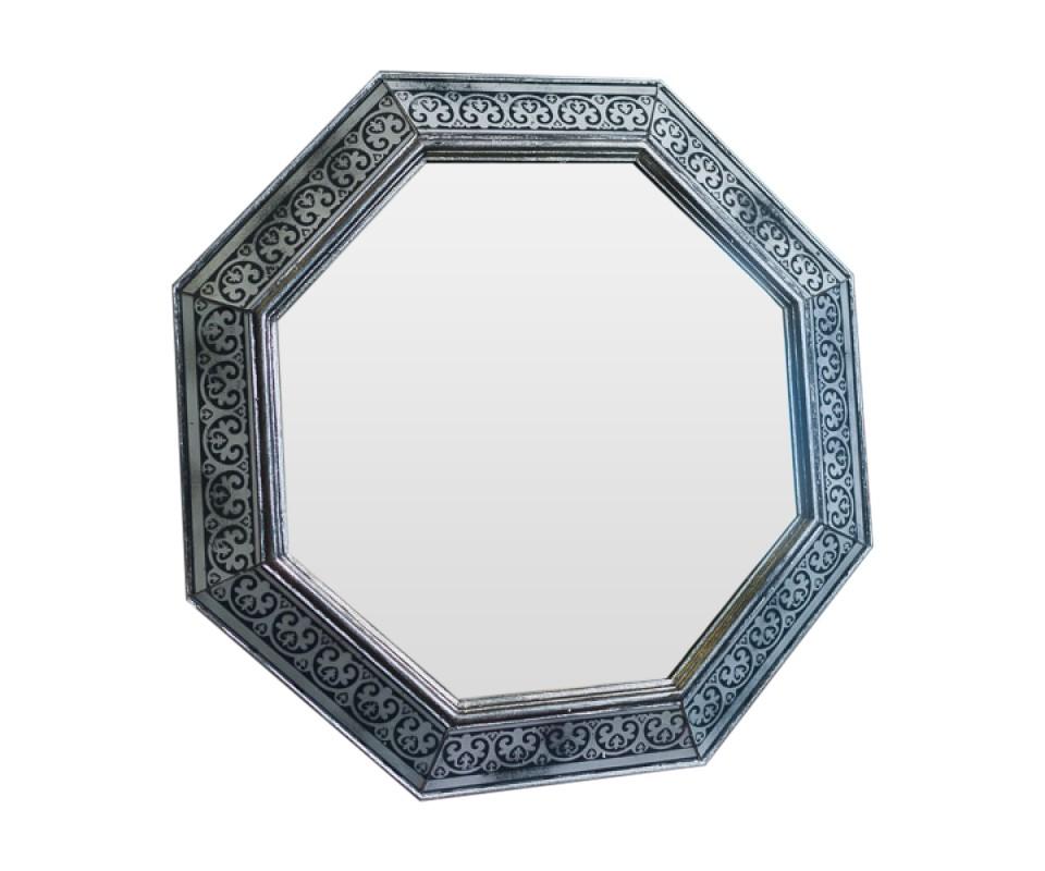 Зеркало TiberiusНастенные зеркала<br>Эксклюзивное зеркало ручной работы выполнено в форме роскошного бриллианта. Над его созданием кропотливо трудились руки наших искусных мастеров, которые старательно отбирали лучшие орнаменты для рам в старинных книгах по архитектуре. Зеркало идеально дополнит пространство прихожей, а также станет центральным элементом в оформлении гостиной или спальни хозяев дома.<br><br>Material: Дерево<br>Ширина см: 60<br>Высота см: 60<br>Глубина см: 4