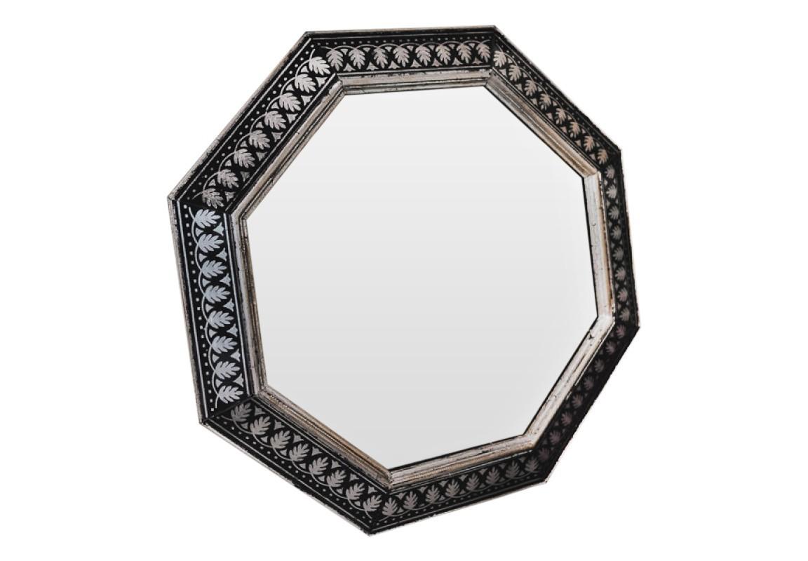 Зеркало ручной работы Серебряные орнаментыНастенные зеркала<br>Эксклюзивное зеркало ручной работы от BountyHome. Орнамент заимствован из старинных книг для архитекторов. Зеркало универсально для любых типов помещений: гостиной, столовой, холла, прихожей.<br><br>Material: Дерево<br>Ширина см: 60<br>Высота см: 60<br>Глубина см: 4