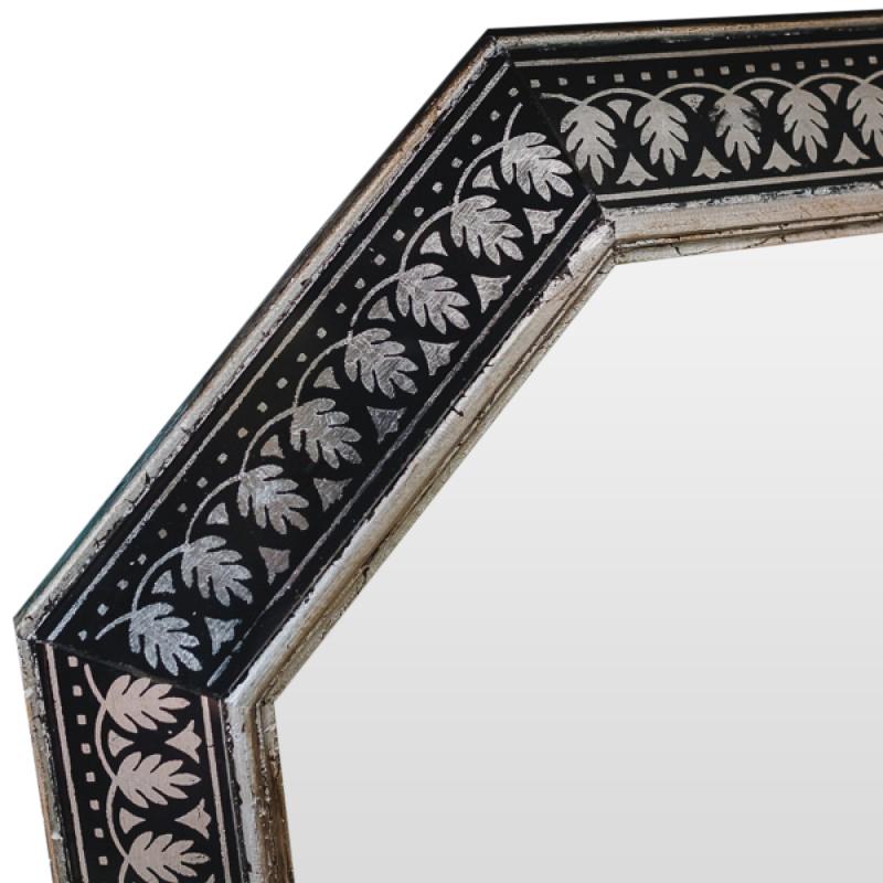 Зеркало ручной работы Серебряные орнаментыНастенные зеркала<br>Эксклюзивное зеркало ручной работы от BountyHome. Орнамент заимствован из старинных книг для архитекторов. Зеркало универсально для любых типов помещений: гостиной, столовой, холла, прихожей.<br><br>Material: Дерево<br>Width см: 60<br>Depth см: 4<br>Height см: 60