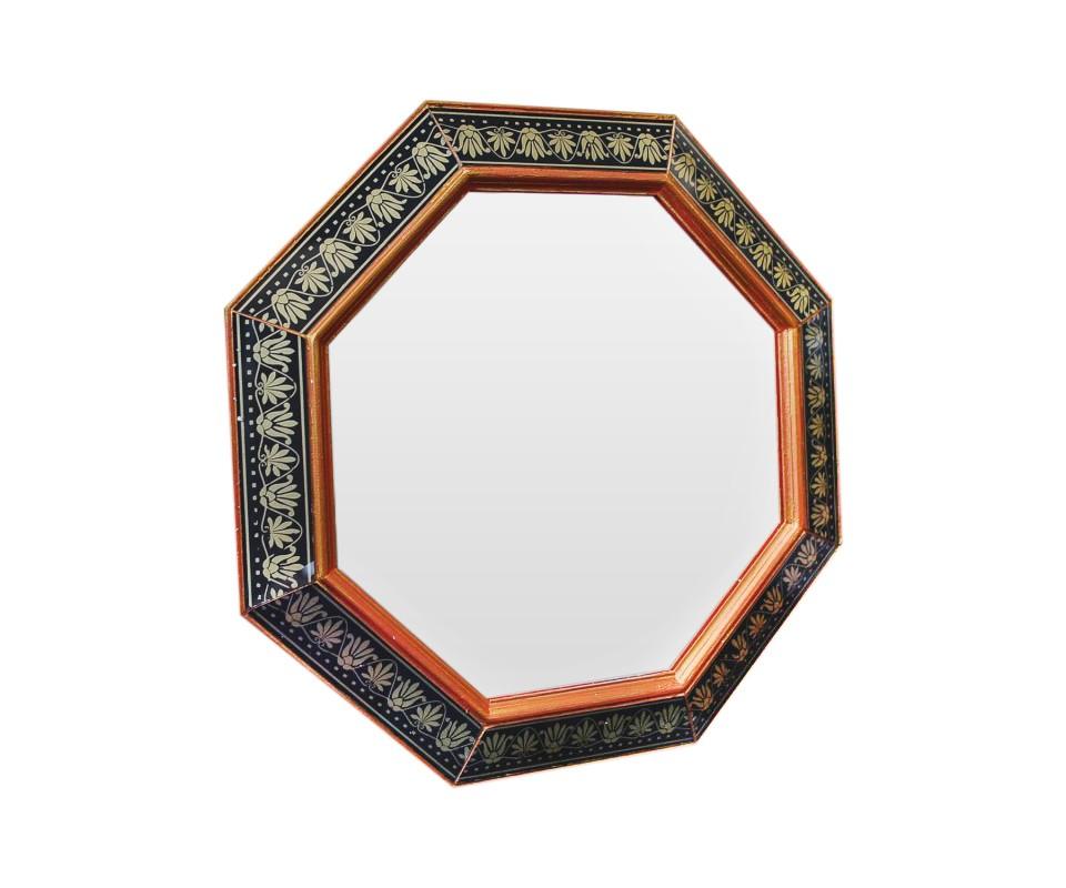 Зеркало ручной работы СолнцеНастенные зеркала<br>Эксклюзивное зеркало ручной работы кропотливо украшено узорами и коралово-золотыми оттенками. Зеркало универсально для любых типов помещений: гостиной, столовой, холла, прихожей.<br><br>Material: Дерево<br>Ширина см: 60<br>Высота см: 60<br>Глубина см: 4