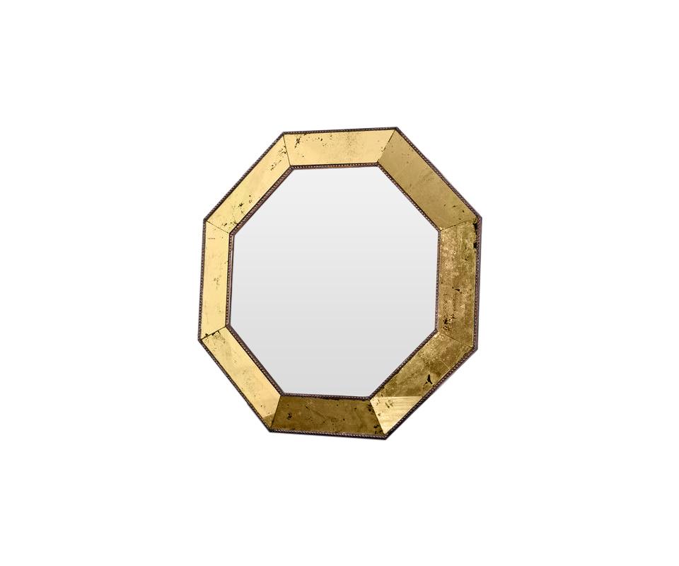 Зеркало Королевское золотоНастенные зеркала<br>Эксклюзивное зеркало ручной работы выполнено в форме роскошного золотого бриллианта с золотой состаренной каймой. Над его созданием кропотливо трудились руки самых искусных мастеров. Благодаря гармоничному сочетанию классического и поталевого зеркал обыкновенный предмет интерьера превратился в настоящее произведение искусства.&amp;amp;nbsp;&amp;lt;div&amp;gt;Зеркало идеально дополнит пространство прихожей, а также станет центральным элементом в оформлении гостиной или спальни хозяев дома. Зеркало изготовлено специалистами зеркальной мастерской на территории России, использован ручной труд. &amp;lt;/div&amp;gt;<br><br>Material: Дерево<br>Width см: 64<br>Depth см: 5<br>Height см: 64