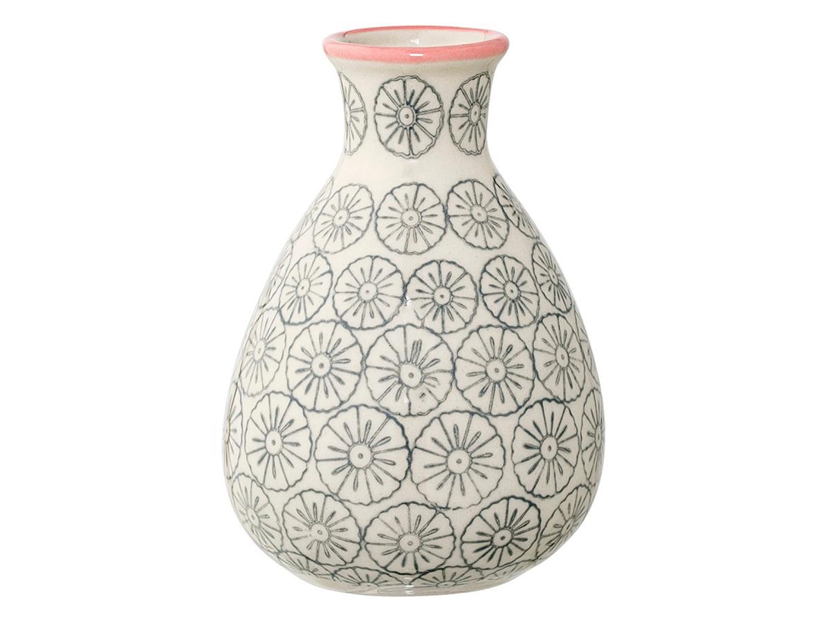 Ваза JarВазы<br>Оригинальная ваза Bloomingville, изготовленная для изысканных интерьеров, создает неповторимый стиль вашего дома. Скандинавский дизайн, оттеняющий теплые тона в обстановке, вносит свежий штрих в общую гамму. Обтекаемые формы сосуда гармонично сочетаются с букетами из живых цветов или сухих декоративных растений. В зависимости от времени года вы можете составлять различные композиции, придавая комнатному интерьеру новый вид.<br><br>Material: Керамика<br>Высота см: 11