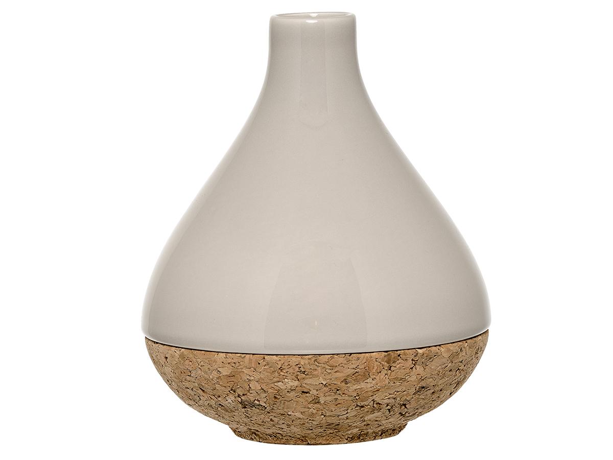 Ваза TeardropВазы<br>Потрясающая по красоте ваза Bloomingville из пробки и керамогранита напоминает произведение искусства. Она достойна только изысканных интерьеров в стиле лофт, где будет смотреться наиболее естественно. Такой подарок стоит вручать женщине с тонким эстетическим вкусом. При выборе цветов лучше остановиться на пышном небольшом букете, чтобы он составлял с вазой единую композицию.<br><br>Material: Керамика<br>Высота см: 17