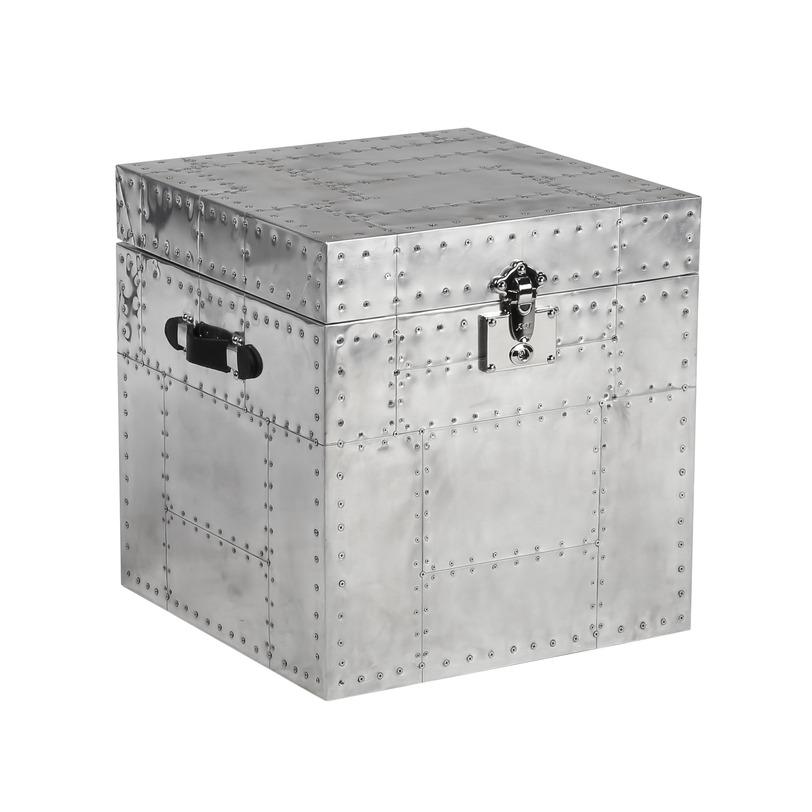 Сундук Tolkien IronСовременные сундуки<br>Небольшой сундук, обитый металлическими пластинами и заклепками можно использовать как журнальный столик в офисном помещении с стиле лофт или хай-тек.<br><br>Material: Металл