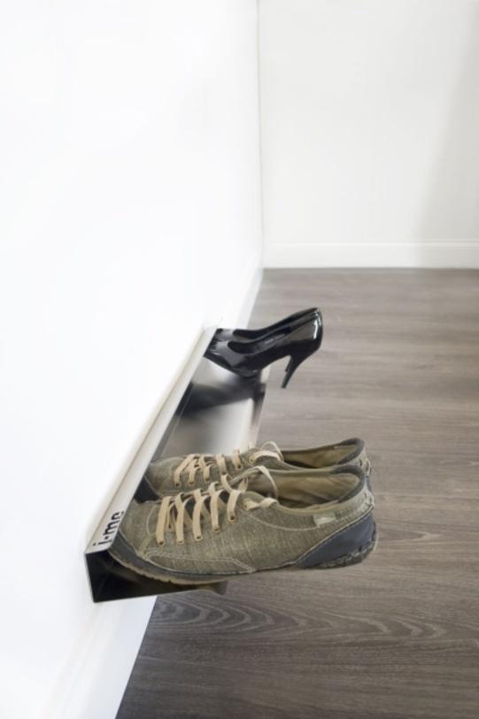 Полка для обуви 70 смПолки<br>Действительно удобный и стильный способ хранения обуви. Лучший вариант не спотыкаться о кроссовки и туфли в прихожей. Плюс – обувь всегда перед глазами – не надо открывать двери, как у обычной обувки, вытаскивать все пары, чтобы определиться, какую выбрать.<br><br>Преимущества:<br>- подходит для женской, мужской и детской обуви<br>- вмещает до 4 пар обуви<br>- прочно крепится к стене при помощи двух шурупов (включены в комплект)<br>- можно удлинить путем закрепления нескольких полок в ряд<br><br>Material: Металл<br>Ширина см: 70.0<br>Высота см: 9.0<br>Глубина см: 14.0
