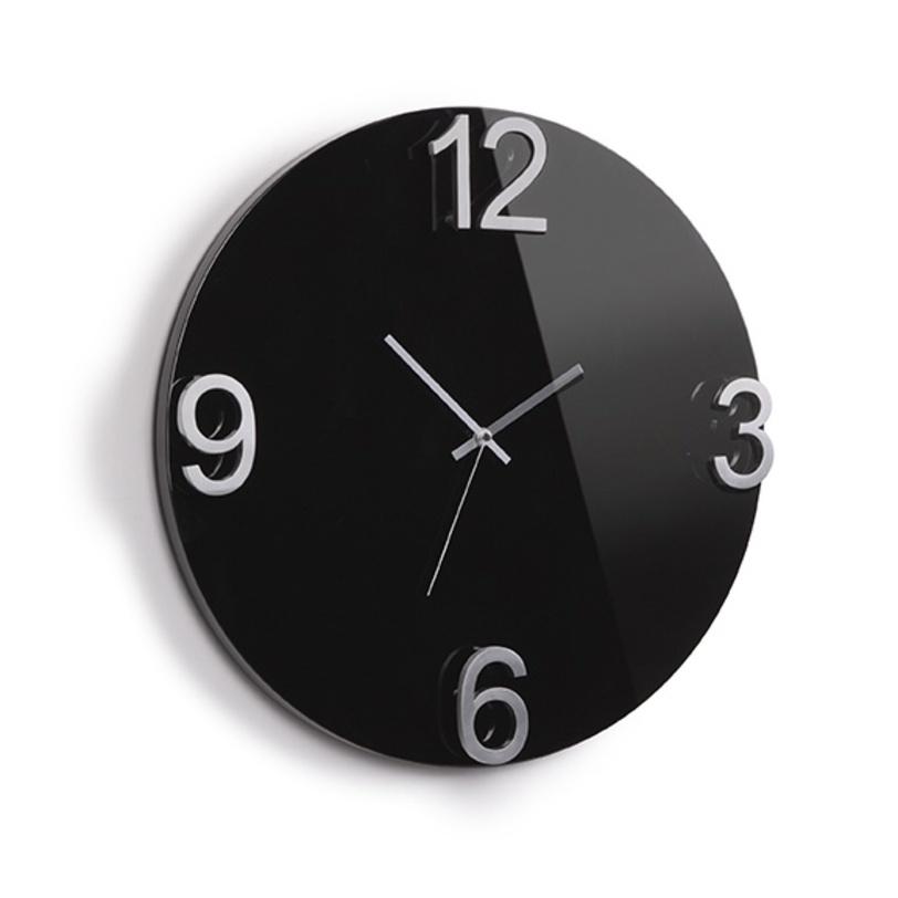 Часы настенные ElapseНастенные часы<br>Оригинальные настенные часы, выполненные в минималистском стиле. Такие часы прекрасно будут смотреться в любом интерьере, основа из массива дерева с металлическими стрелками и цифрами выглядит дорого и изысканно одновременно.Часы не покажут Вам точное время до минуты, поэтому с ними вы научитесь никуда не спешить и хотя бы иногда позволить себе расслабиться. Механизм работает при помощи двух батареек АА.<br>Варианты цвета:<br>Белый (118420-326)<br>Черный (118420-037)<br><br>Material: МДФ<br>Width см: 47<br>Depth см: 4.6<br>Height см: 47