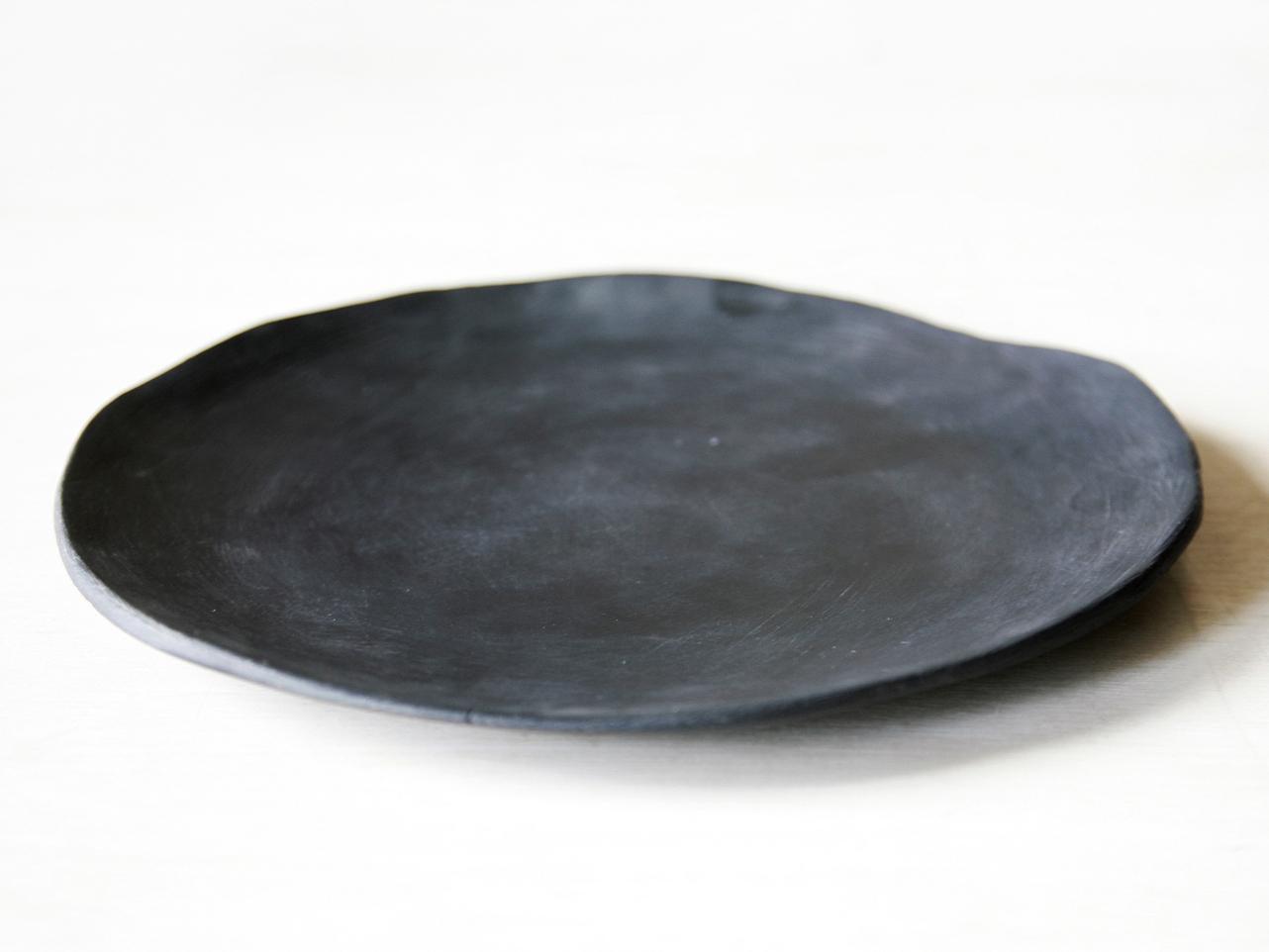 ТарелкаТарелки<br>Тарелка мелкая, гладкая, с неровными краями и матовым покрытием. Изготавливается вручную. Изделие может несущественно отличаться от показанного на фото. Уход стандартный.<br><br>Material: Керамика<br>Высота см: 1
