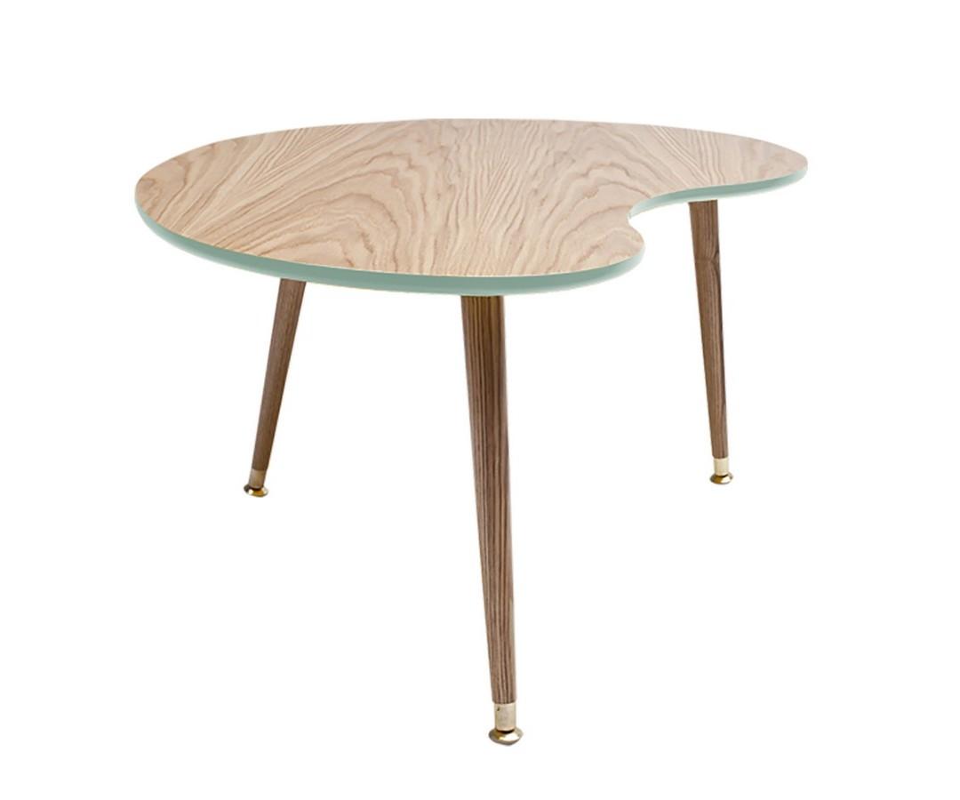 Журнальный столик ПочкаЖурнальные столики<br>&amp;lt;div&amp;gt;Журнальный столик Почка получил свое название за природную форму, похожую на нераспустившуюся почку дерева. Столешница журнального столика не имеет ни одного прямого угла, это особенно важно, когда в семье есть маленькие дети. Три ножки конической формы сужаются книзу, что добавляет столику элегантности и легкости, которые свойственны мебели в стиле 50-х годов. Ножки изготовлены из массива бука и покрыты прозрачным лаком, нижняя часть ножек украшена металлическими наконечниками стального цвета. Журнальный столик Почка не утяжеляет пространство и идеально подходит в интерьер маленькой квартиры.&amp;amp;nbsp;&amp;lt;/div&amp;gt;&amp;lt;div&amp;gt;&amp;lt;br&amp;gt;&amp;lt;/div&amp;gt;&amp;lt;div&amp;gt;Верхняя часть столешницы, которая изготовлена из МДФ, покрыта натуральным дубовым шпоном, нижняя часть столешницы и боковой кант окрашены в цвета из палитры Woodi Furniture. Журнальный столик Почка покрыт высокопрочным лаковым покрытием, что делает его идеальным предметом мебели для ресторанов, кафе и баров, а также для любых других общественных пространств. Журнальный столик может использоваться по отдельности или в комбинации с приставным столиком Капля. Журнальный столик Почка легко собирается без шурупов и инструментов.&amp;lt;/div&amp;gt;<br><br>Material: МДФ<br>Ширина см: 89.0<br>Высота см: 42.0<br>Глубина см: 68.0