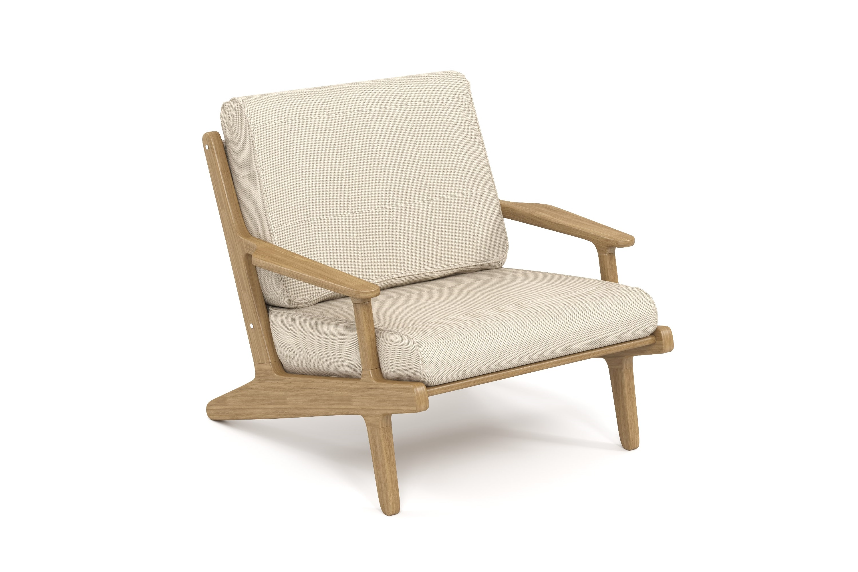 Кресло SeagullКресла для сада<br>Коллекция SEAGULL – воплощение природной простоты и естественного совершенства. Мебель привлекает тёплыми тонами, уникальностью материала и идеальными пропорциями. Стеклянные столешницы обеденных и журнальных столов по цвету гармонируют с тканью подушек, удобные диваны и «утопающие» кресла дарят ощущения спокойствия и комфорта. Высота посадки:450мм.Ироко – экзотическая золотисто-коричневатая/оливково-коричневая древесина с золотистым оттенком. Цвет ироко практически не меняется со временем, немного темнеет и приобретает теплый маслянистый оттенок. По физическим свойствам не уступает тику. Древесина африканского тика не подвержена гниению и воздействию термитов, не требует дополнительной антибактериальной обработки. Мебель из ироко допускает круглогодичную эксплуатацию на открытом воздухе, выдерживает перепады температур от –30 до +30С. Срок службы более 20 лет.Sunbrella® – акриловая ткань с водоотталкивающими свойствами от мирового лидера в производстве тканей для яхт. Ткани Sunbrella изготавливаются из окрашиваемого в растворе акрилового волокна. Обработка, препятствующая образованию пятен, защищает ткани Sunbrella, которые допускают машинную стирку и обеспечивают защиту от УФ-лучей. Акриловые волокна, окрашенные в массе – это гарантия исключительной стойкости цвета на протяжении всего срока эксплуатации ткани. Ткани Sunbrella «дышат», что не позволяет образовываться конденсату и препятствует появлению плесени и грибка. Не содержит перфтороктансульфонат. Наполнитель подушек и матрасов – вспененный полиуретан различной степени плотности и жесткости (ППУ), высокообъемный материал холлофайбер различной плотности. Дышащая мембрана Batyline.Вся фурнитура изготовлена из нержавеющей стали на собственном производстве.Рекомендации по уходу за текстилем и подушками: Все чехлы съемные, рекомендуемый уход – машинная стирка при 30С.Для чистки тканей подушек рекомендуется следовать инструкциям на этикетках, прилагаемых к каждому изделию.<br><br>k