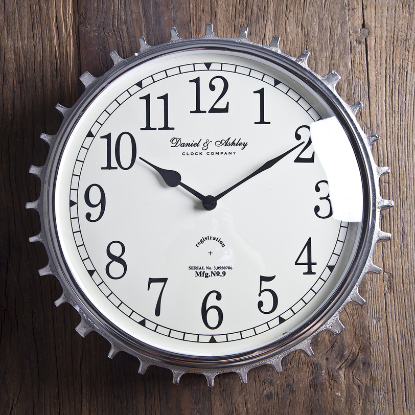 Часы настенныеНастенные часы<br>Массивные часы с брутальной механической рамкой и классическим белым циферблатом с изящными черными стрелками. Прекрасный вариант настенного декора в интерьере в стиле лофт.<br><br>Material: Металл<br>Length см: 34.0<br>Width см: 34.0<br>Height см: 8.0