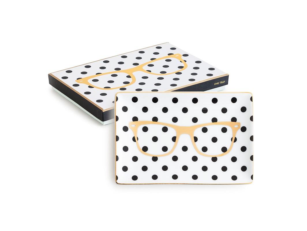 Декоративный поднос GlassesДекоративные подносы<br>Каждый предмет коллекции упакован в свою фирменную коробку с отдельным дизайном, что еще сильнее подчеркивает особенность этой серии.&amp;amp;nbsp;<br><br>Material: Фарфор<br>Ширина см: 10<br>Высота см: 1<br>Глубина см: 7