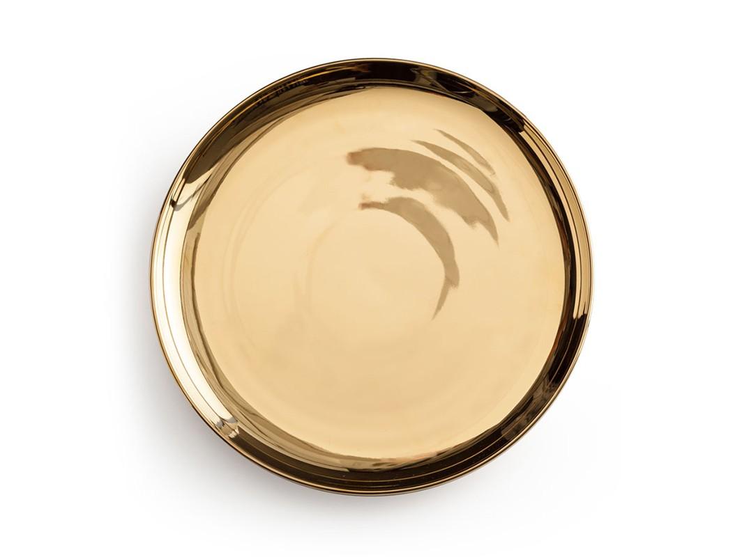 Декоративный поднос GoldДекоративные подносы<br>Отметьте свой праздник весело и безмятежно в обезоруживающе дерзком стиле коллекции &amp;quot;Let&amp;#39;s Party&amp;quot;. В основе серии — посуда из настоящего фарфора, который дополняет золото, поэтому дизайн выглядит необычно и привлекательно.  Каждый предмет коллекции упакован в свою фирменную коробку с отдельным дизайном, что еще сильнее подчеркивает особенность этой серии.<br><br>Material: Фарфор<br>Высота см: 3