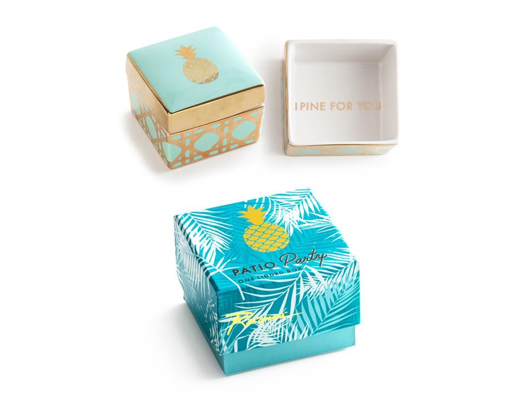 Декоративная коробочка с крышкой PineappleШкатулки<br>Танцуй до рассвета  или ... просто наслаждайся модной пати.  В основе серии — посуда из настоящего фарфора, который дополняет золото, поэтому дизайн выглядит необычно и привлекательно. Каждый предмет коллекции &amp;quot;Patio Party&amp;quot; упакован в свою фирменную коробку с отдельным дизайном, что еще сильнее подчеркивает особенность этой серии.&amp;amp;nbsp;<br><br>Material: Фарфор<br>Ширина см: 8.0<br>Высота см: 6.0<br>Глубина см: 7