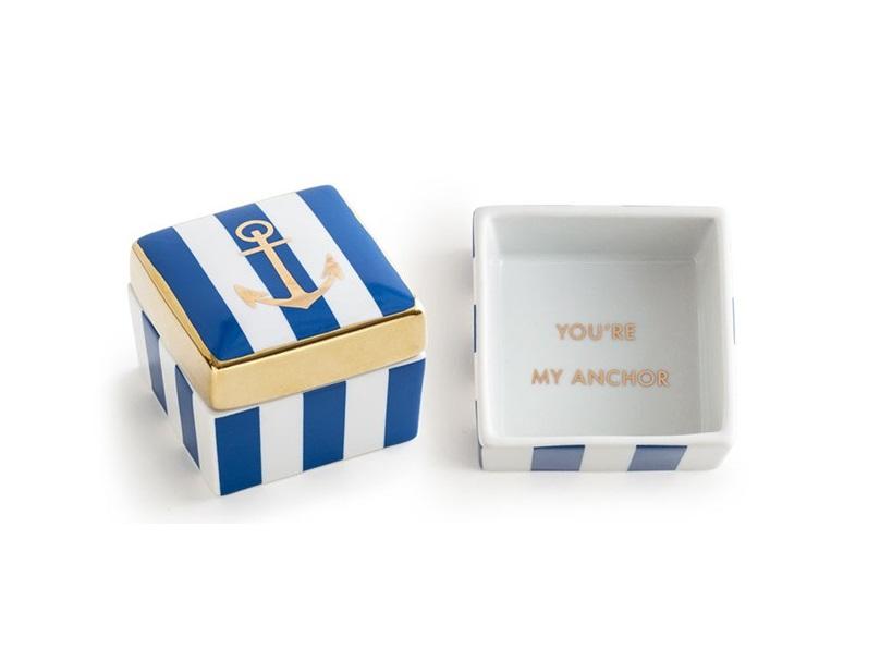 Декоративная коробочка с крышкой AnchorШкатулки<br>Танцуй до рассвета  или ... просто наслаждайся модной пати.  В основе серии — посуда из настоящего фарфора, который дополняет золото, поэтому дизайн выглядит необычно и привлекательно. Каждый предмет коллекции &amp;quot;Patio Party&amp;quot; упакован в свою фирменную коробку с отдельным дизайном, что еще сильнее подчеркивает особенность этой серии.&amp;amp;nbsp;<br><br>Material: Фарфор<br>Ширина см: 8<br>Высота см: 7<br>Глубина см: 7