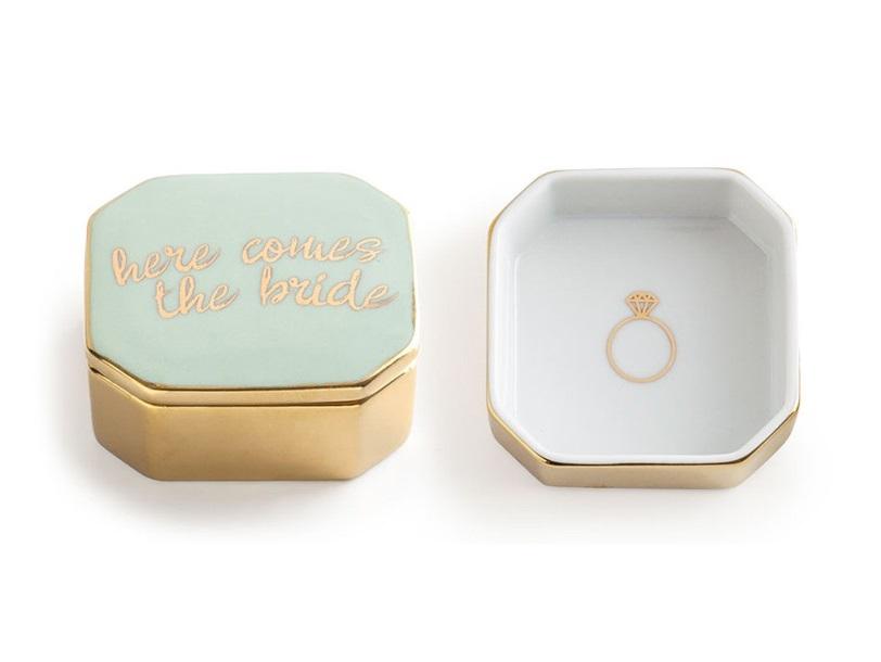 Декоративная коробочка с крышкой BrideШкатулки<br>В основе серии — посуда из настоящего фарфора, который дополняет золото, поэтому дизайн выглядит необычно и привлекательно.  Каждый предмет коллекции упакован в свою фирменную коробку с отдельным дизайном, что еще сильнее подчеркивает особенность этой серии.<br><br>kit: None<br>gender: None