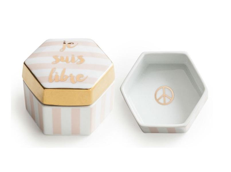 Декоративная коробочка с крышкой Je suis libreШкатулки<br>&amp;amp;nbsp;Каждое изделие упаковано в особенную коробку, созданную специально под оригинальный дизайн посуды.&amp;amp;nbsp;<br><br>Material: Фарфор<br>Высота см: 8.0