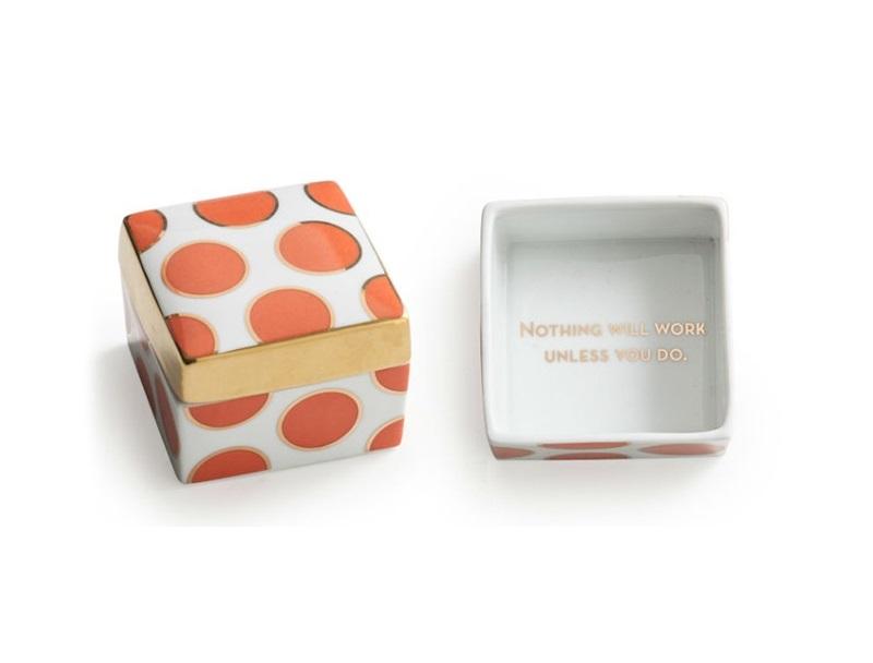 Декоративная коробочка с крышкойШкатулки<br>Каждое изделие упаковано в особенную коробку, созданную специально под оригинальный дизайн посуды.&amp;amp;nbsp;<br><br>Material: Фарфор<br>Ширина см: 6.0<br>Высота см: 5.0<br>Глубина см: 7