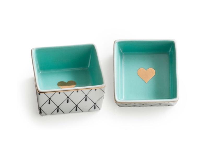Декоративная коробочка с крышкой Heart iconШкатулки<br>&amp;amp;nbsp;Каждое изделие упаковано в особенную коробку, созданную специально под оригинальный дизайн посуды.&amp;amp;nbsp;<br><br>Material: Фарфор<br>Ширина см: 6.0<br>Высота см: 3.0<br>Глубина см: 6.0
