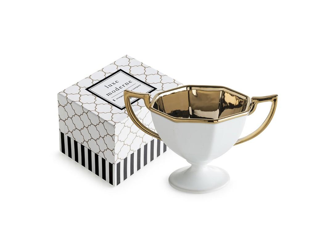 Сервировочная ваза в форме кубкаМиски и чаши<br>Ультра-сложное смешение белых и золотых акцентов коллекции Luxe Moderne разработано как специальное дополнение к уже зарекомендованным стилям сервировки стола. В основе серии — посуда из настоящего фарфора.  Каждый предмет коллекции упакован в свою фирменную коробку с отдельным дизайном, что еще сильнее подчеркивает особенность этой серии.<br><br>Material: Фарфор<br>Высота см: 10