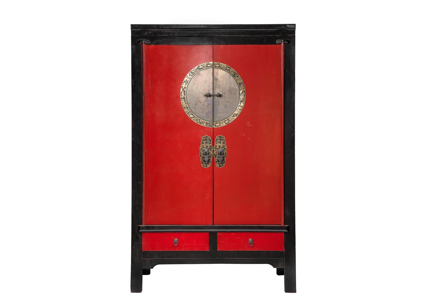 Шкаф ГуйБельевые шкафы<br>Традиционный китайский шкаф &amp;quot;Гуй&amp;quot; использовался в интерьерах жителей поднебесной во времена правления династии Цин. Наших современников он покоряет превосходной геометрией форм и элегантностью оформления. Классическое сочетание красного с черным смотрится очень стильно, а латунные запоры в красивой рамке добавляют дизайну утонченность.<br><br>Material: Дерево<br>Ширина см: 108<br>Высота см: 188<br>Глубина см: 56
