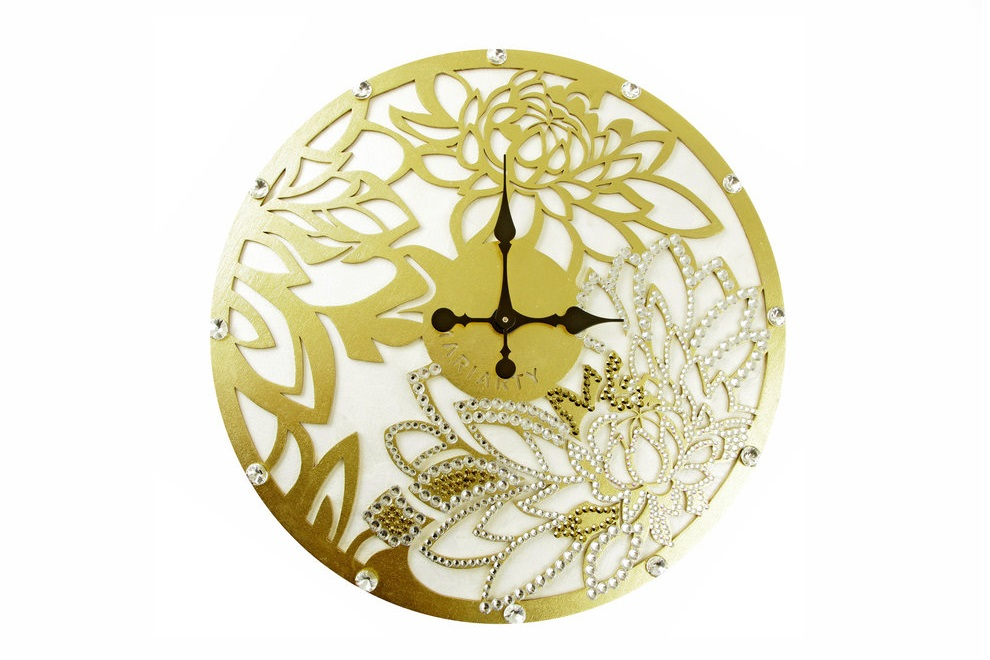 Настенные часыНастенные часы<br>Пион известен как носитель светлой энергии Ян. Ее чистота сравнима разве что с ярчайшим и теплым потоком солнечного света. А еще это символ благополучия и любви – любое изображение пиона способно волшебным образом наладить взаимоотношения. Особенно сильным эффектом известны раскрытые бутоны, превратившиеся в мохнатые цветы-шапки.&amp;nbsp; <br>Повесив эти часы в своем доме, вы скоро почувствуете, как благоухание красоты и любви напоит вашу жизнь.&amp;nbsp; Материал:&amp;nbsp;дерево, акриловая рельефная паста, глянцевые листы сусального золота 24k (поталь), стразы австрийского производстваКварцевый механизм<br><br>kit: None<br>gender: None