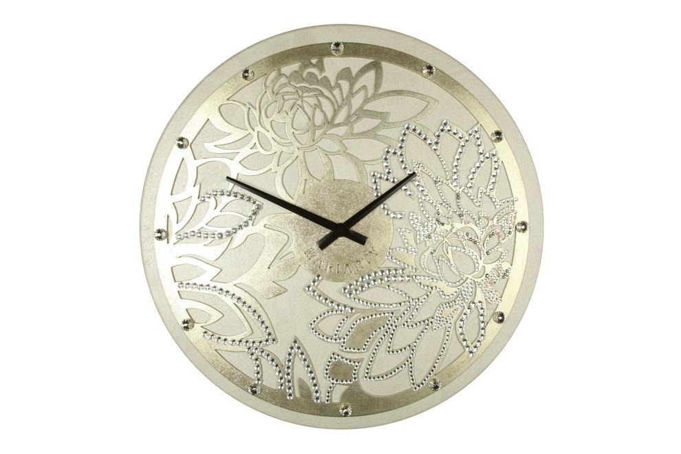 Настенные часыНастенные часы<br>Пион известен как носитель светлой энергии Ян. Ее чистота сравнима разве что с ярчайшим и теплым потоком солнечного света. А еще это символ благополучия и любви – любое изображение пиона способно волшебным образом наладить взаимоотношения. Особенно сильным эффектом известны раскрытые бутоны, превратившиеся в мохнатые цветы-шапки.  <br>Повесив эти часы в своем доме, вы скоро почувствуете, как благоухание красоты и любви напоит вашу жизнь.  Материал: дерево, акриловая рельефная паста, глянцевые листы сусального золота шампань (поталь), стразы австрийского производстваКварцевый механизм<br><br>kit: None<br>gender: None