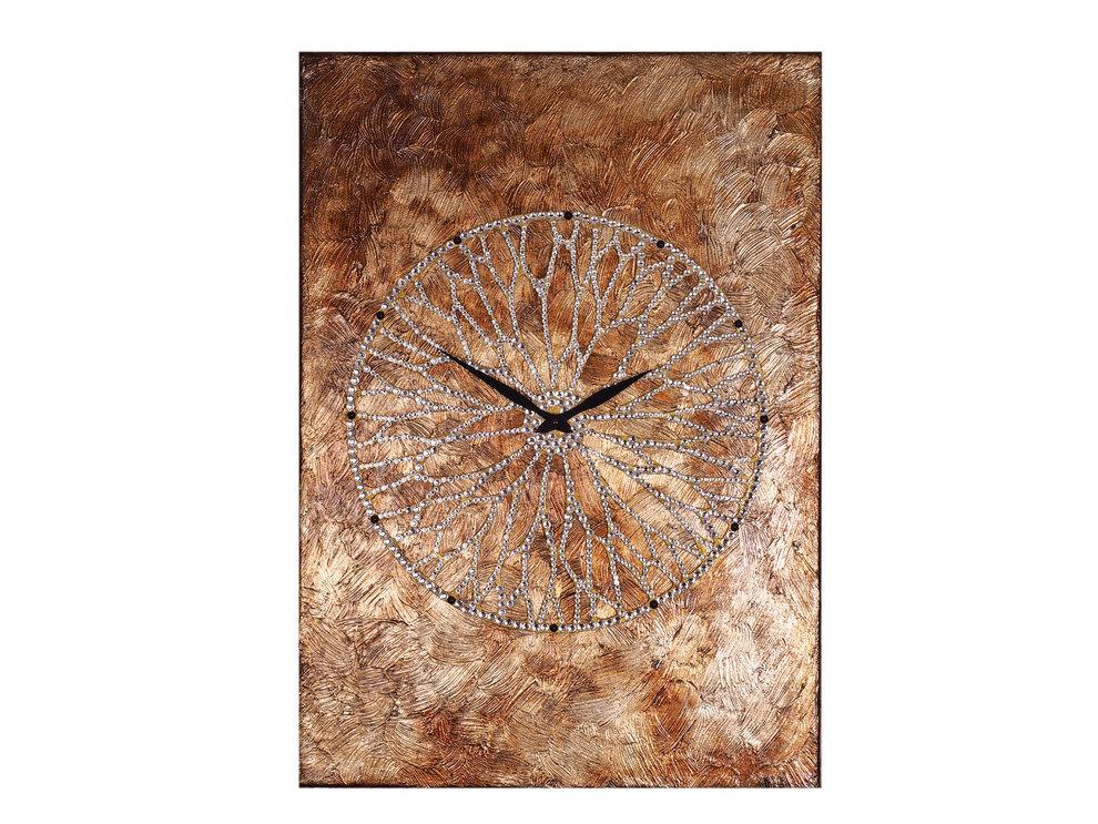Картина-часы Колесо ХотеяНастенные часы<br>Хотей - вечно юный бог благополучия и удачи. Магическое колесо, которое он крутит, дарует обладателю богатство, а все новые начинания приводят к успеху. Как невозможно остановить ход солнца и луны, так нельзя и заставить Хотея замедлить движения колеса - в нем заключено дыхание мироздания.Невероятной красоты часы - это не только декор, но и сильный талисман, напоминающий о ходе времени и приносящий удачу.Материал: холст, галерейный подрамник, акриловая рельефная паста, глянцевые золотые листы потали, дерево, стразы австрийского производства, надежный часовой механизм young town, гонконг.<br><br>kit: None<br>gender: None