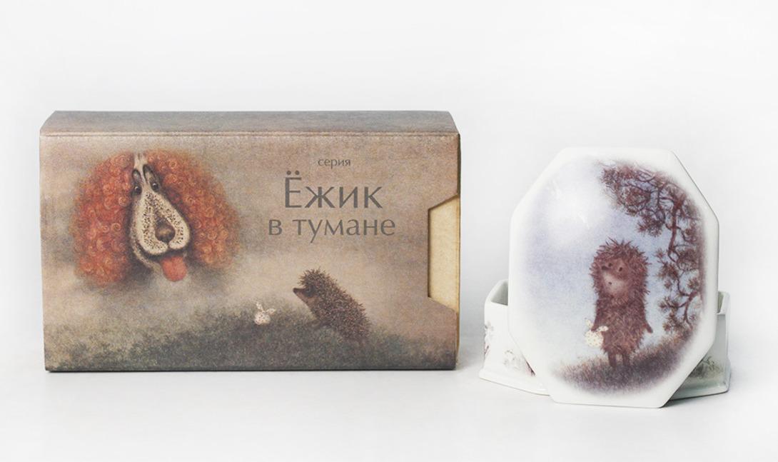 Шкатулка ЁжикШкатулки<br>Туалетная коробочка (шкатулка) &amp;quot;Ёжик&amp;quot; из коллекции &amp;quot;Ёжик в тумане&amp;quot; выполнена из твердого фарфора. Произведение создано в 2013 году в рамках спецпроекта при сотрудничестве Юрия Норштейна и Франчески Ярбусовой с Императорским фарфоровым заводом.<br><br>В составе набора - фарфоровая шкатулка, упакованная в художественно исполненную подарочную коробку.<br><br>Material: Фарфор<br>Length см: 9.3<br>Width см: 7.5<br>Height см: 4.4