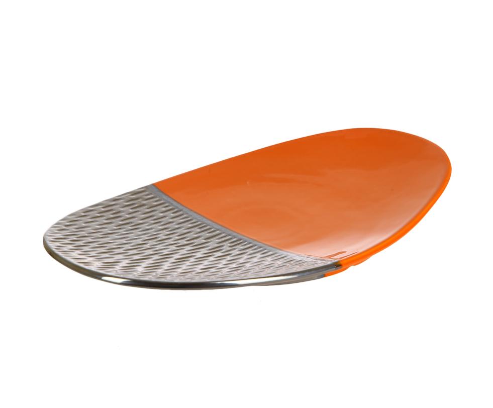 Декоративное блюдоДекоративные блюда<br>Декоративное блюдо от португальской компании Farol, известной своими изделиями из керамики, - оригинальный предмет декора интерьера. Используя два контрастных цвета - яркий оранжевый и насыщенный коричневый, - дизайнеры создали яркое и эффектное блюдо, которое можно использовать как для сервировки, так и для декора интерьера.<br><br>Material: Керамика<br>Length см: 48<br>Width см: 29.5<br>Height см: 6