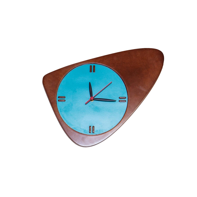 Настенные часы PebblyНастенные часы<br>Настенные часы Pebbly имеют необычный дизайн, благодаря чему послужат ярким акцентом в любом интерьере. Корпус часов изготовлен из фанеры и покрыт морилкой темного цвета, циферблат окрашен в классический для Woodi Furniture бирюзовый цвет.&amp;lt;div&amp;gt;&amp;lt;br&amp;gt;&amp;lt;/div&amp;gt;&amp;lt;div&amp;gt;Материал: фанера, морилка, краска.&amp;lt;br&amp;gt;&amp;lt;/div&amp;gt;&amp;lt;div&amp;gt;Механизм: кварцевый.&amp;lt;/div&amp;gt;<br><br>Material: МДФ<br>Ширина см: 38.0<br>Высота см: 25.0<br>Глубина см: 2.0