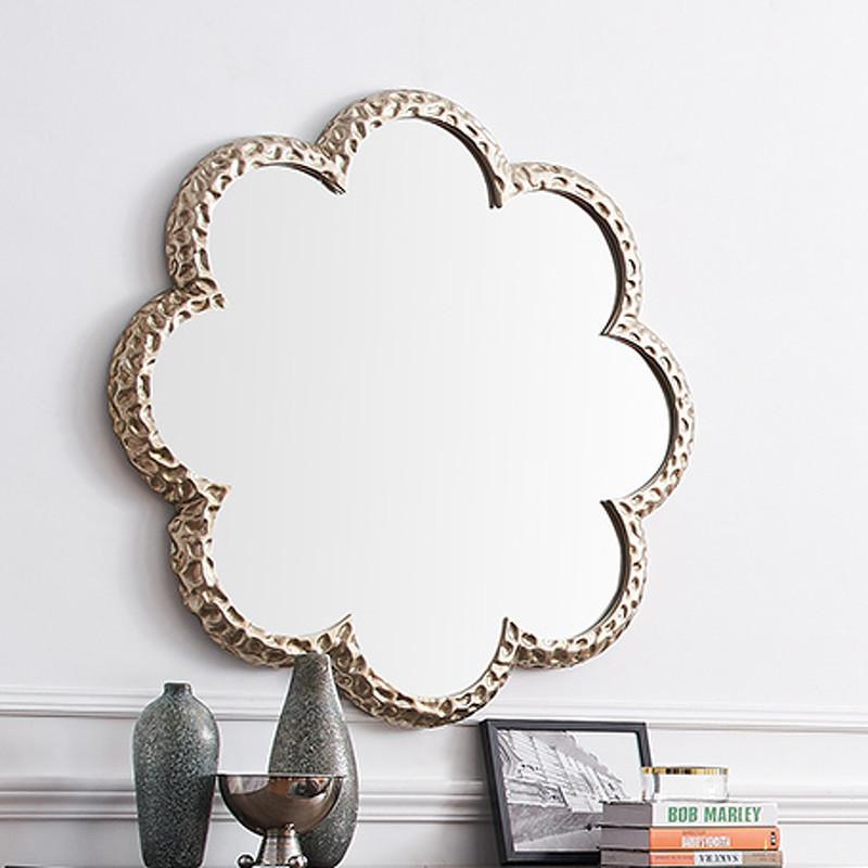 Зеркало RiminiНастенные зеркала<br>Круглое зеркало в фигурной рельефной раме выполнено в стиле ар-деко.<br><br>Material: Металл<br>Глубина см: 4