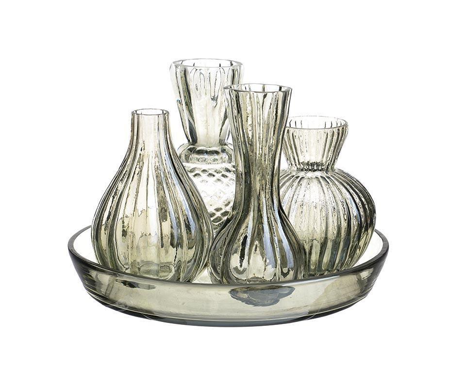 Набор из бутылей на подносе KristelБутылки<br>Набор из бутылей на подносе - 10 Х 10 Х 15; 10 Х 10 Х 14; 10 Х 10 Х 14; 9 Х 9 Х 15; 20 Х 20 Х 4.<br><br>Material: Стекло<br>Ширина см: 20<br>Высота см: 15<br>Глубина см: 20