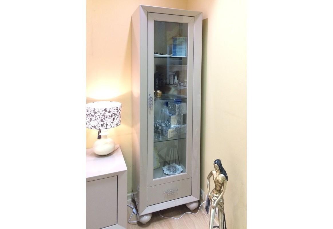 Сервант-витрина PalermoВитрины<br>Сервант-витрина с подсветкой с распашной стеклянной дверкой выполнен в современном стиле.&amp;nbsp;Отделка бежево-серый глянцевый лак Khaki.&amp;nbsp;Внутреннее наполнение 3 стеклянные полки.&amp;nbsp;Дополнен выдвижным ящиком с системой плавного закрывания.&amp;nbsp;Сделан из высококачественного МДФ высокой плотности и массива дерева.&amp;nbsp;Все выдвижные ящики снабжены направляющими.<br><br>kit: None<br>gender: None