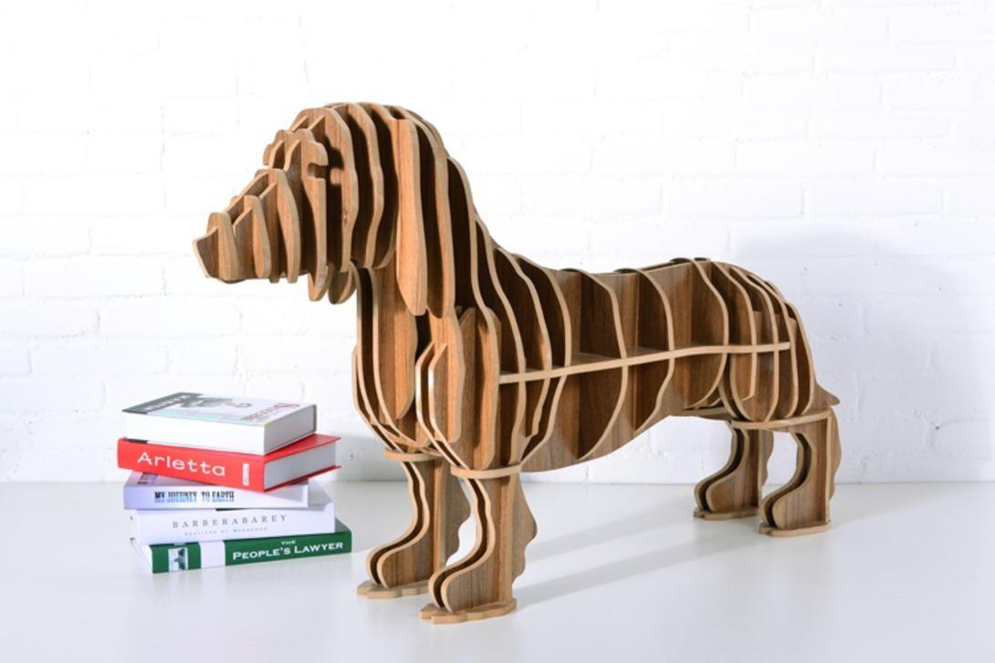 Винный столик ТаксаВинные, коктейльные столики<br>Забавный приставной столик «такса» может быть полезен в любом помещении дома, в зависимости от того, чем предполагается заполнить его многочисленные открытые полочки. Кроме основной функции, у этой модели есть и другая – быть украшением интерьера, придавая ему неповторимую индивидуальность.<br><br>Цвет: дерево<br><br>Material: МДФ<br>Length см: 115<br>Width см: 24<br>Height см: 60