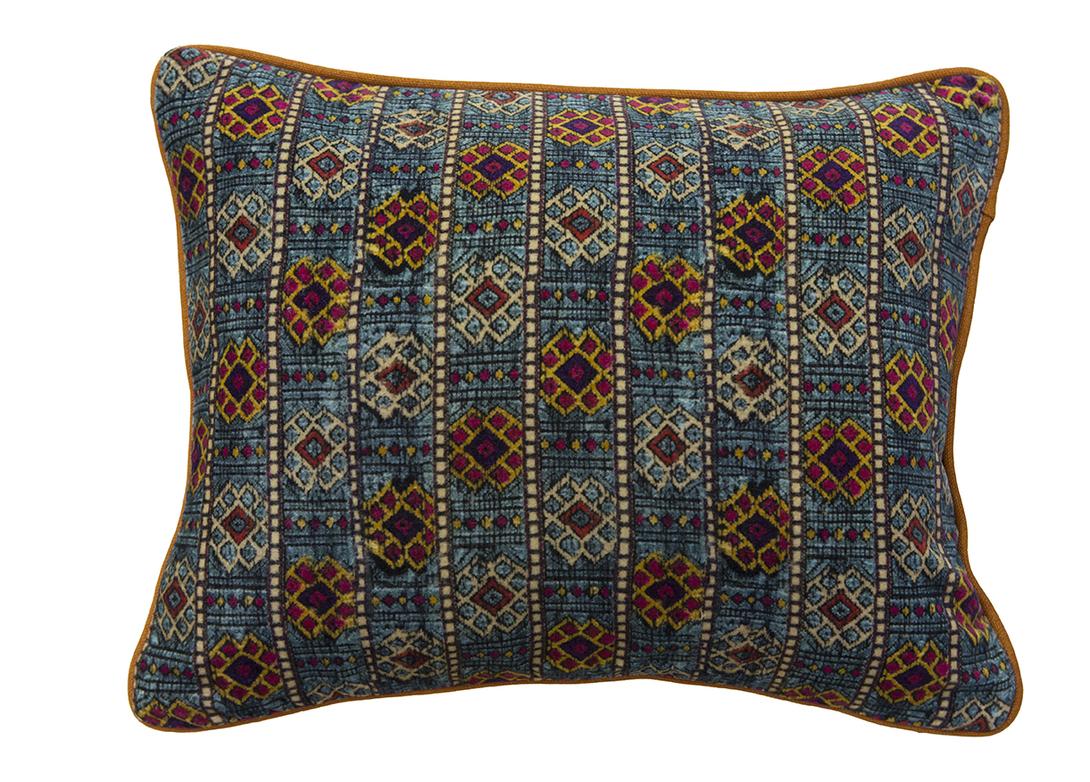 Подушка декоративная Labyrinth_SПрямоугольные подушки<br>&amp;lt;div&amp;gt;Чехол для подушки сшит из бархатистого велюра. Своей мягкостью и экзотичным орнаментом в восточным стиле эта благородная ткань напоминает персидский ковер. Оттенки – также в стиле Ближнего Востока, насыщенные, яркие, но вместе с тем органично сочетающиеся.&amp;lt;/div&amp;gt;<br><br>Material: Велюр<br>Length см: 40.0<br>Width см: 30.0<br>Depth см: None<br>Height см: None<br>Diameter см: None