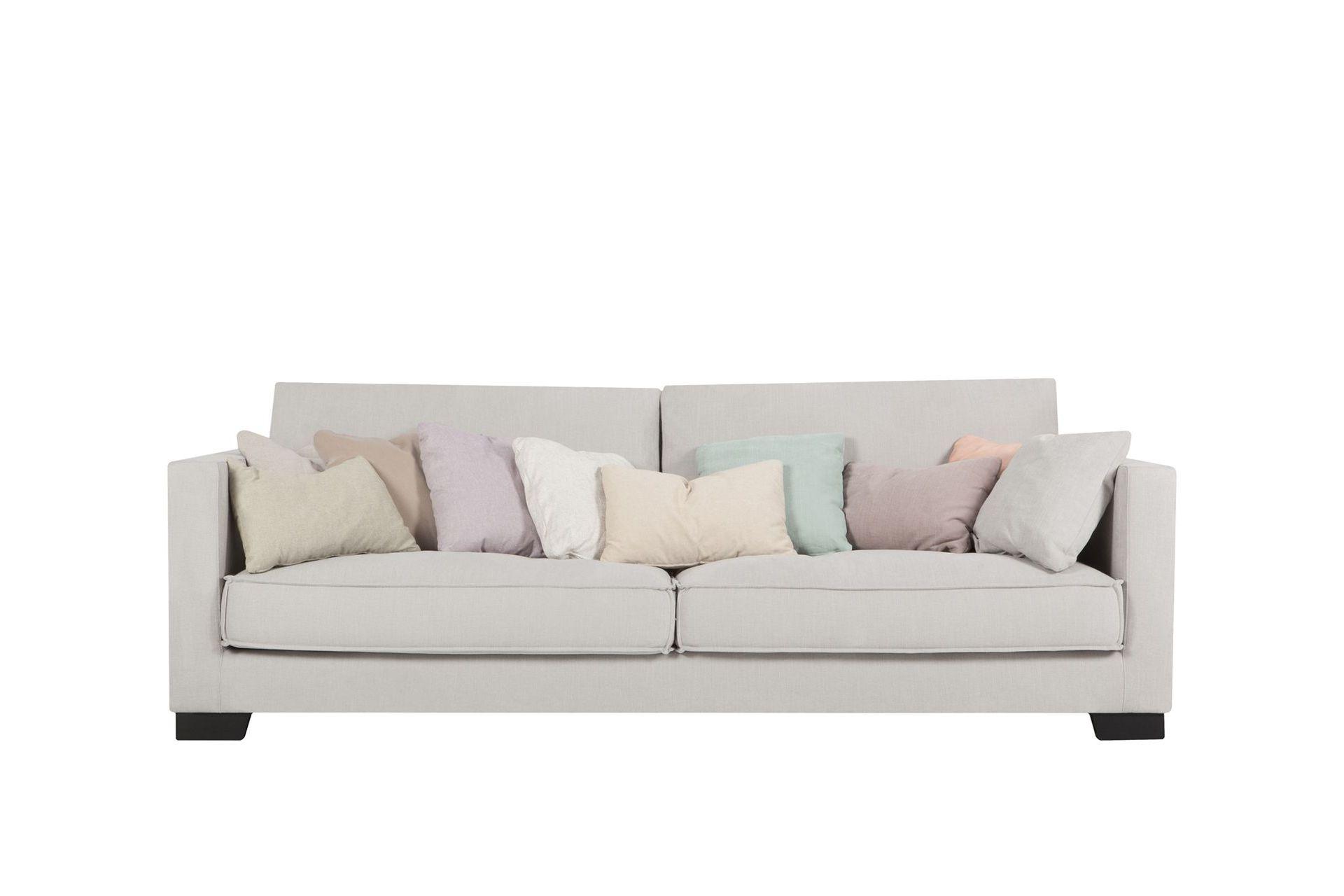 Диван CloudТрехместные диваны<br>Лаконичность форм дивана CLOUD – его лучшая характеристика. Эта модель невероятно удобна, поскольку комбинация высоты подлокотников и мягкости подушек обеспечит Вам комфортный отдых. Декоративная строчка по краю и стильные деревянные ножки – дополнительные эстетические плюсы к перечисленным достоинствам.