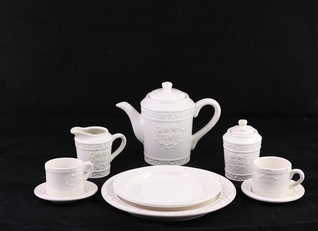 НаборКофейные сервизы<br>Небольшой кофейный сервиз сделан из фактурной керамики. Ненавязчивый орнамент, немного неидеальные ручки. Очарование ручной работы.<br><br>Material: Керамика