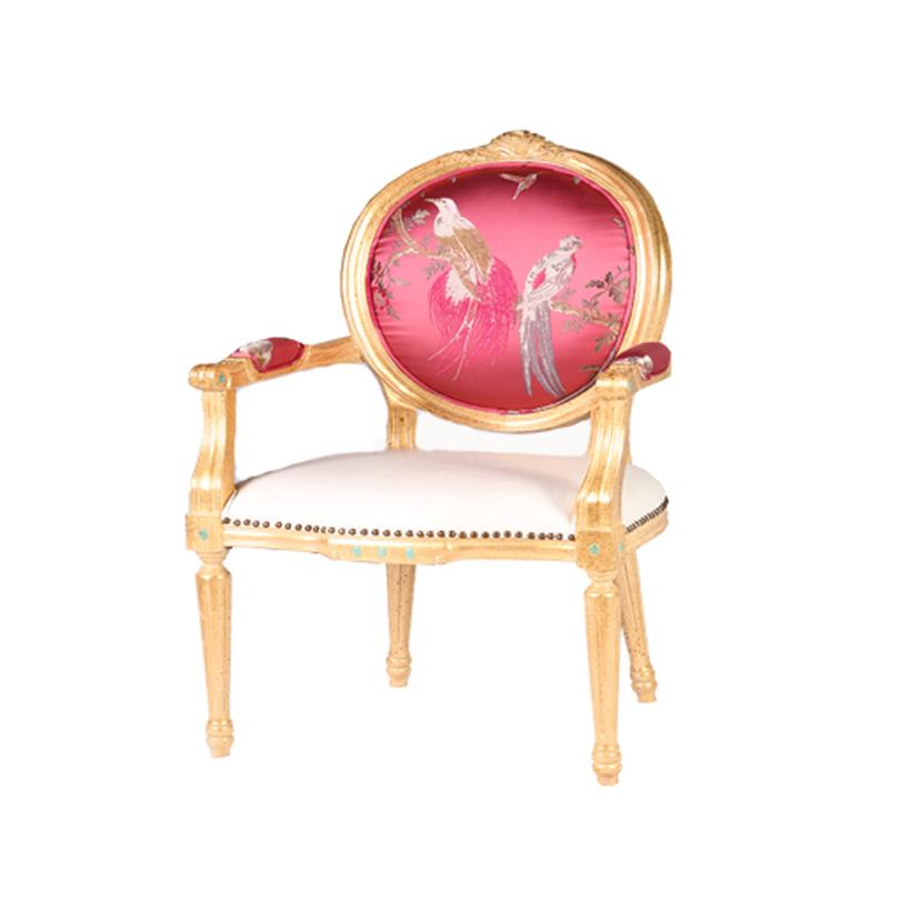 СтулСтулья с подлокотниками<br>Стул в стиле рококо украсит вашу спальню или гостиную в классическом интерьере.<br>Яркий золотой каркас контрастирует с подлокотниками и спинкой цвета фуксия, на которых изображены мотивы японской живописи. Настоящее произведение искусства в современной цветовой гамме может стать также элементом ар-деко в других интерьерных стилях.<br><br>Material: Текстиль<br>Length см: 57<br>Width см: 50<br>Height см: 105