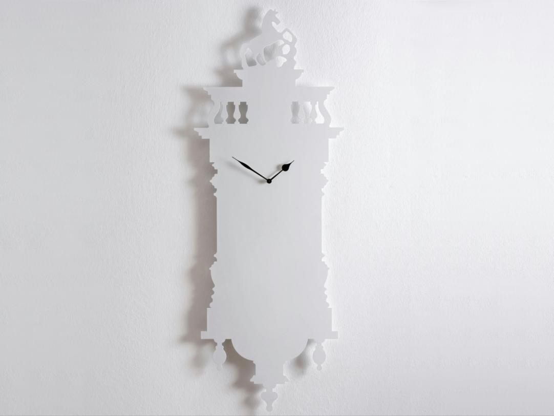 Часы Memoclock WhiteНастенные часы<br>Белые металлические часы невероятно стильный предмет интерьера. Снизу шишечки, сверху балюстрада с лошадью на постаменте складываются в красивую гармоничную и, благодаря белому цвету, легкую картину.<br><br>Material: Алюминий<br>Length см: None<br>Width см: 47<br>Depth см: 3<br>Height см: 120<br>Diameter см: None