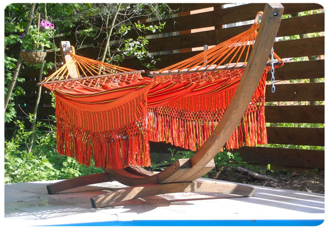 Гамак KolombusГамаки<br>Большой гамак в ярких этнических оттенках. Оранжевый или зеленый в желтую полоску, с роскошной декоративной бахромой. Сделанный из прочного хлопка, гамак выдерживает вес до 200 килограмм. А это значит, что лежать в гамаке можно, как минимум, вдвоем. К гамаку отдельно можно заказать деревянное основание (как изображено на картинке), стоимость основания 12 000.<br>Крепления для гамака в цену не входят и приобретаются отдельно.<br><br>Material: Хлопок<br>Length см: 260.0<br>Width см: 165.0<br>Depth см: None<br>Height см: None<br>Diameter см: None
