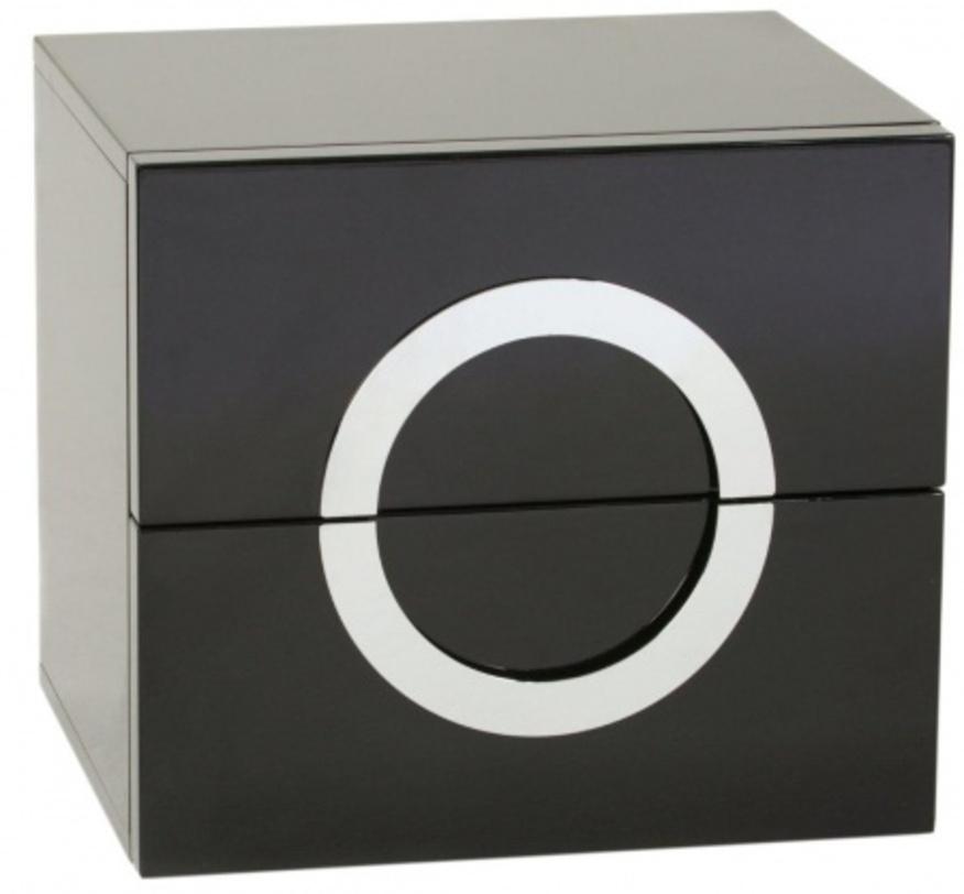 Тумба StellaПрикроватные тумбы, комоды, столики<br>Классическая квадратная тумбочка с простым, но эффектным оформлением. Ручки из хромированного металла образуют единый круг, подчеркивающий строгую геометрию изделия. Отделка – черный блестящий лак. Небольшие хромированные ножки практически незаметны, но устойчиво поддерживают конструкцию.<br><br>Material: МДФ<br>Length см: 50<br>Width см: 42<br>Height см: 49